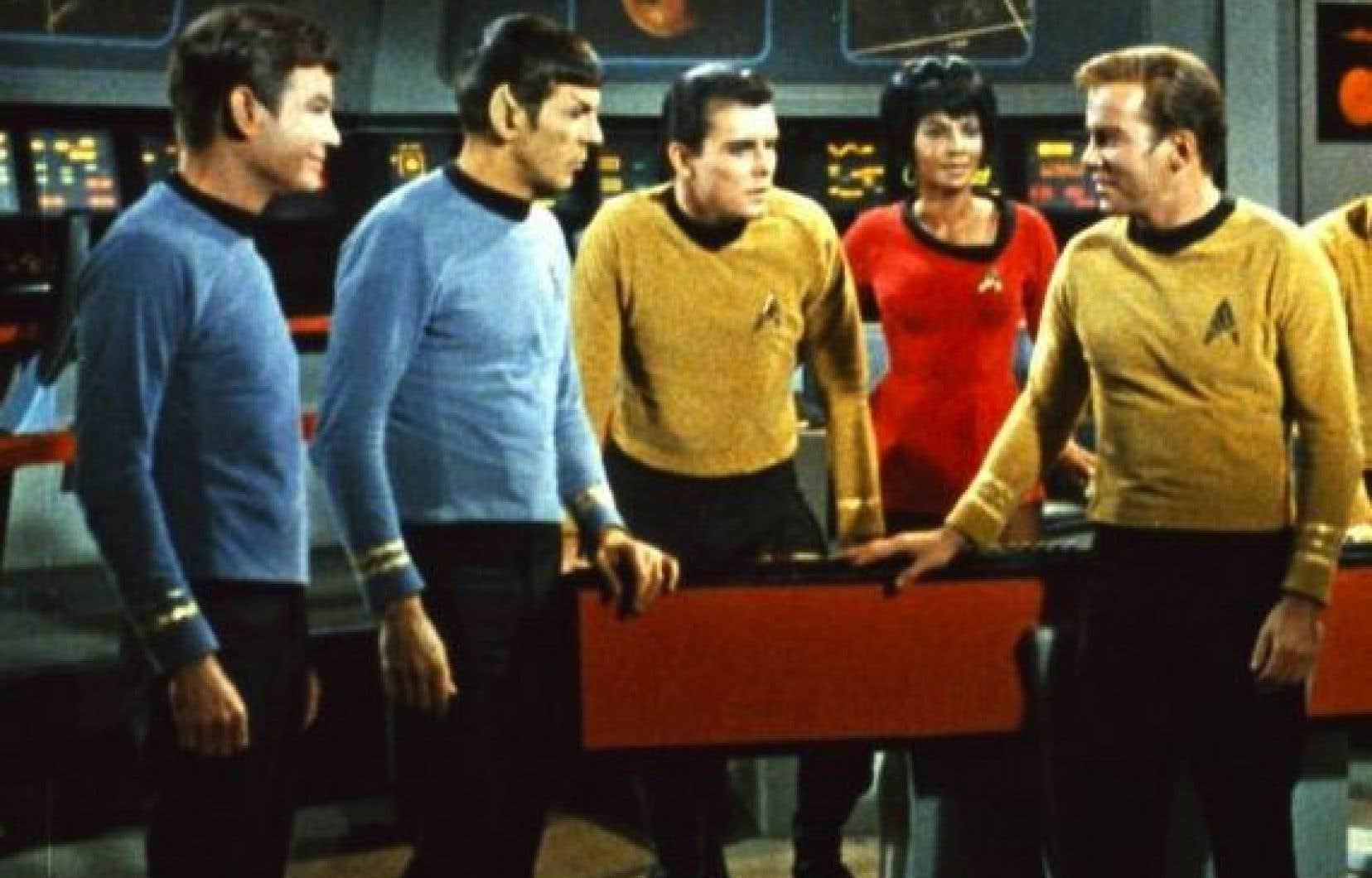 L'équipage original de la série Star Trek, avec notamment M. Spock (Leonard Nimoy, deuxième à gauche) et le capitaine Kirk (William Shatner, à droite)