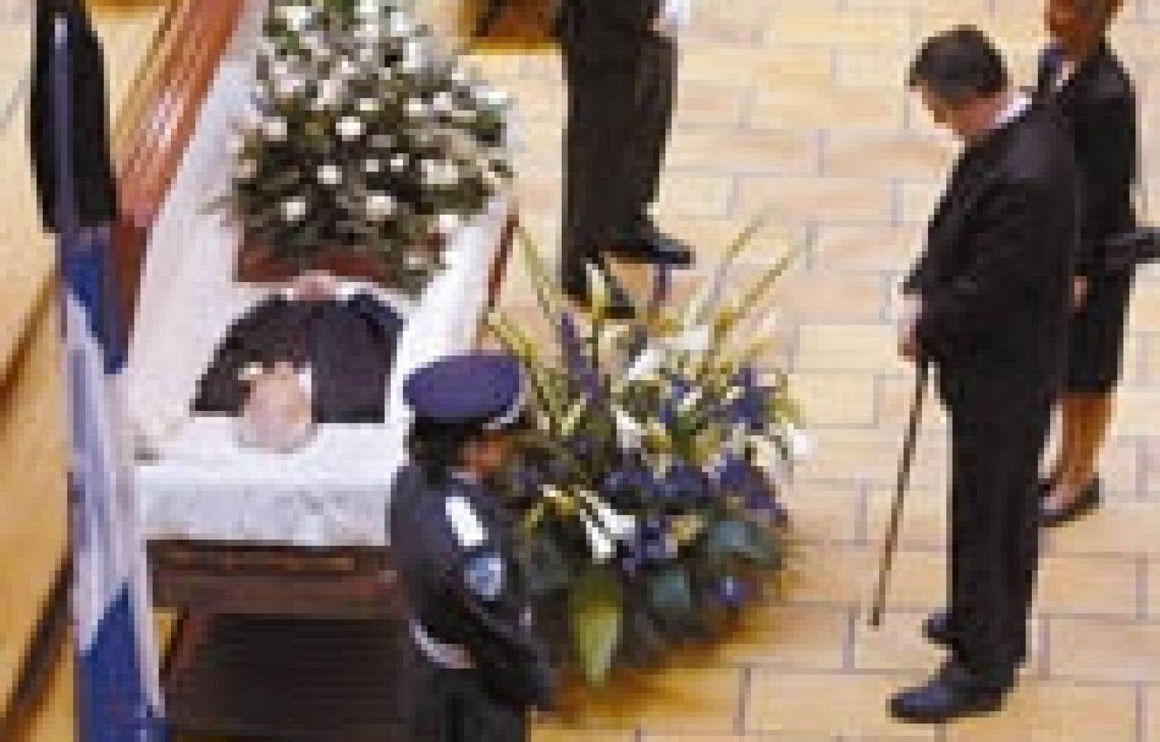 L'ancien premier ministre du Québec Lucien Bouchard figurait au nombre des personnalités venues se recueillir sur la tombe de Claude Ryan.