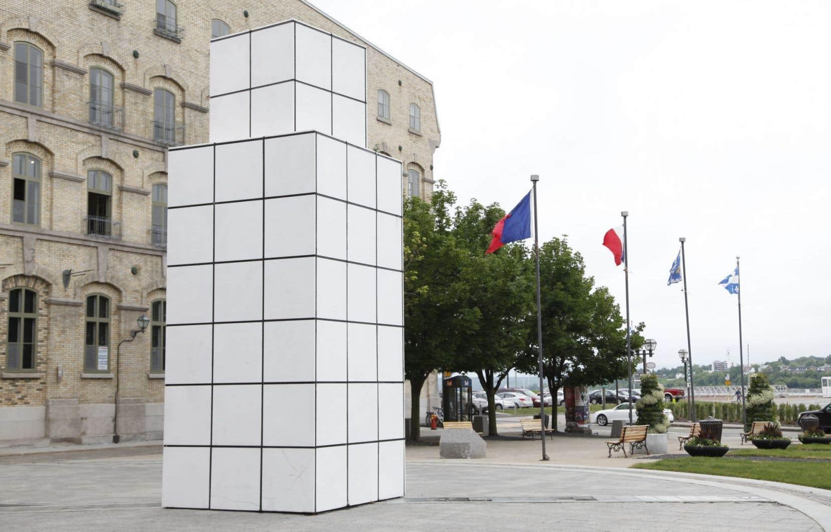 L'oeuvre <em>Dialogue avec l'histoire</em>de Jean-Pierre Raynaud, se trouvait sur la place de Paris, à Québec, avant sa destruction.