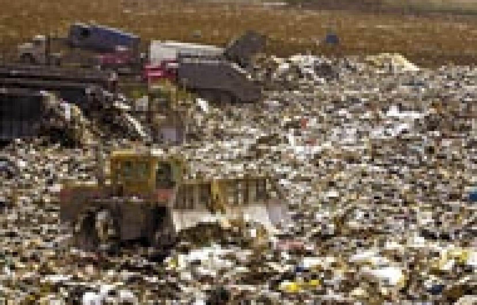 Le mégasite de Lachenaie, au nord-est de Montréal. Le ministre de l'Environnement, Thomas Mulcair, vient d'annoncer que la quantité de déchets qui y sont enfouis augmentera au lieu de diminuer.