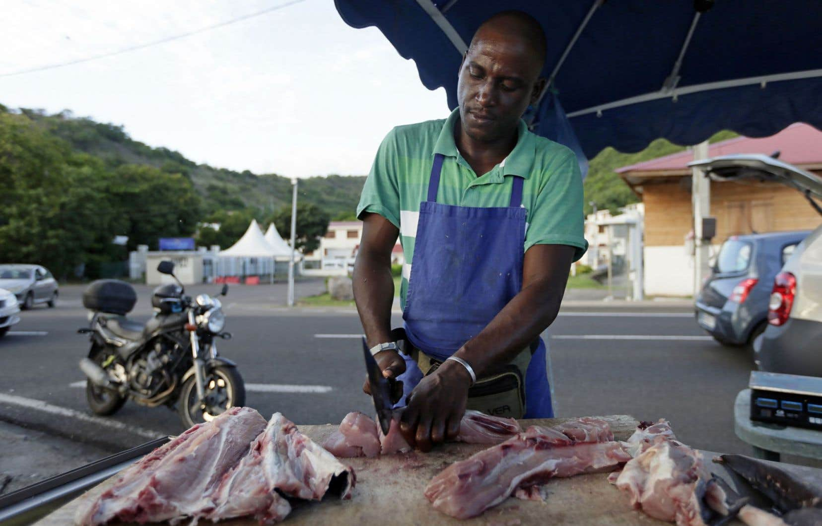 Un poissonnier à l'œuvre à son étal de Bellefontaine, en Martinique