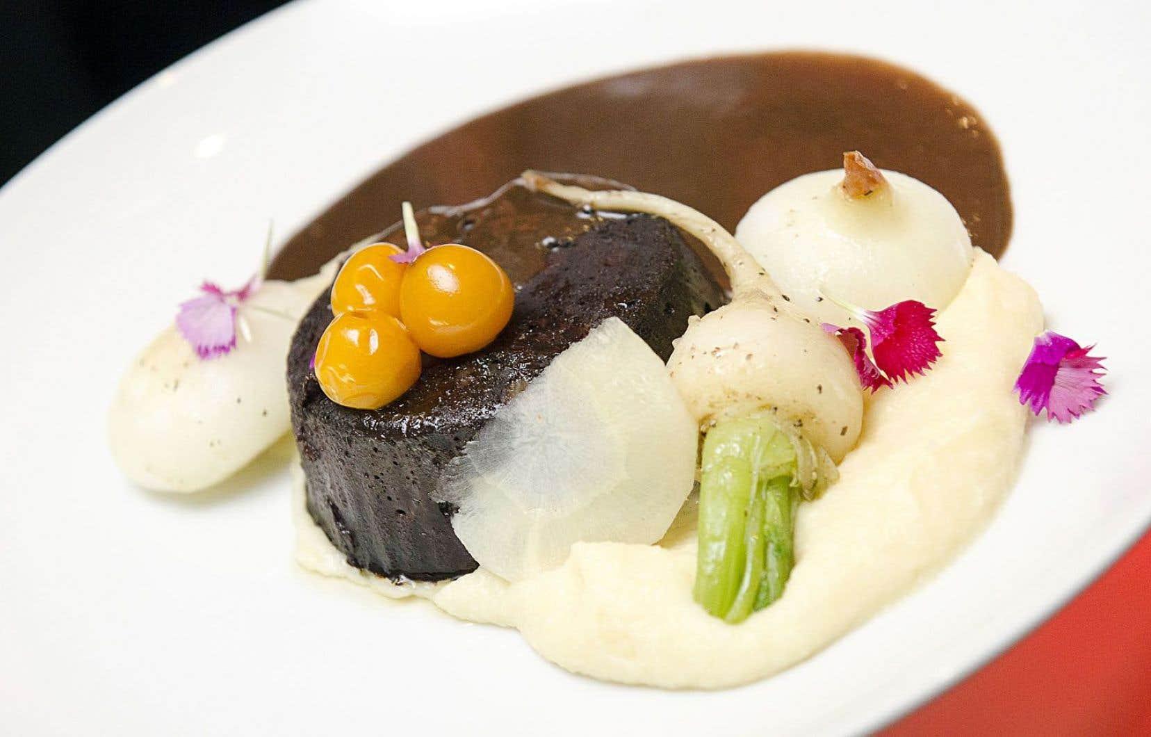 Boudin maison au foie gras, cerises de terre confites, oignons cipolins rôtis, purée de carottes blanches, sauce périgourdine. Création du resto 47eParallèle.