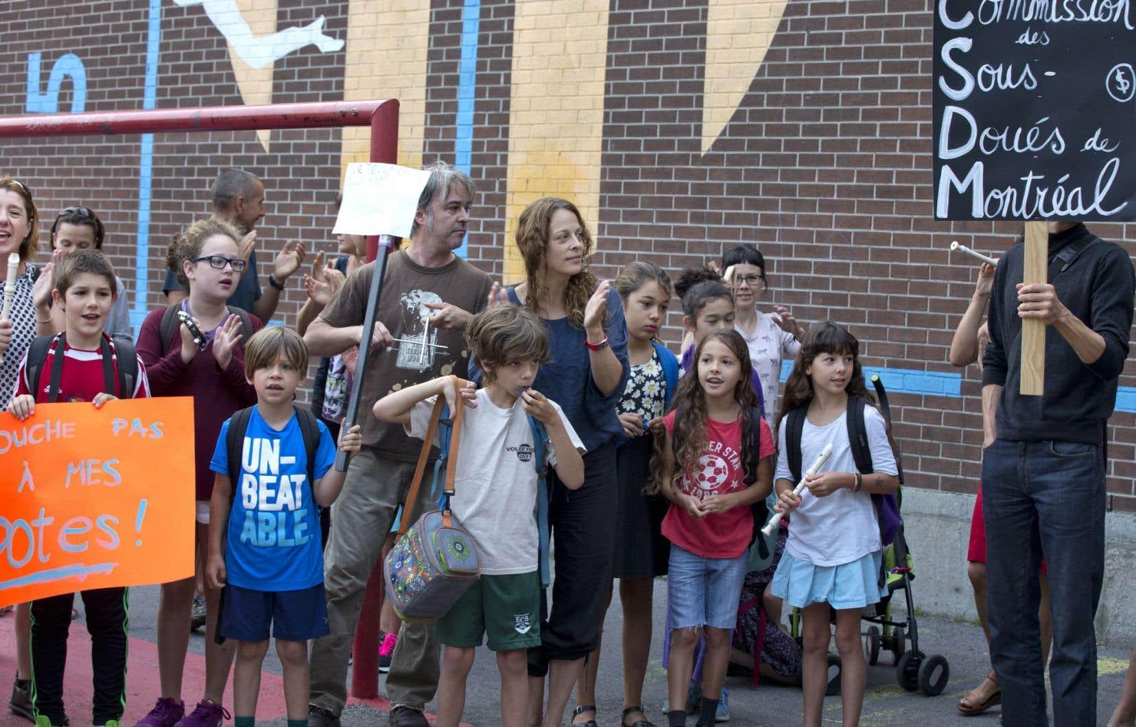 Près de 150 parents accompagnés de leurs enfants ont participé ce matin à une manifestation devant l'école Lambert-Closse