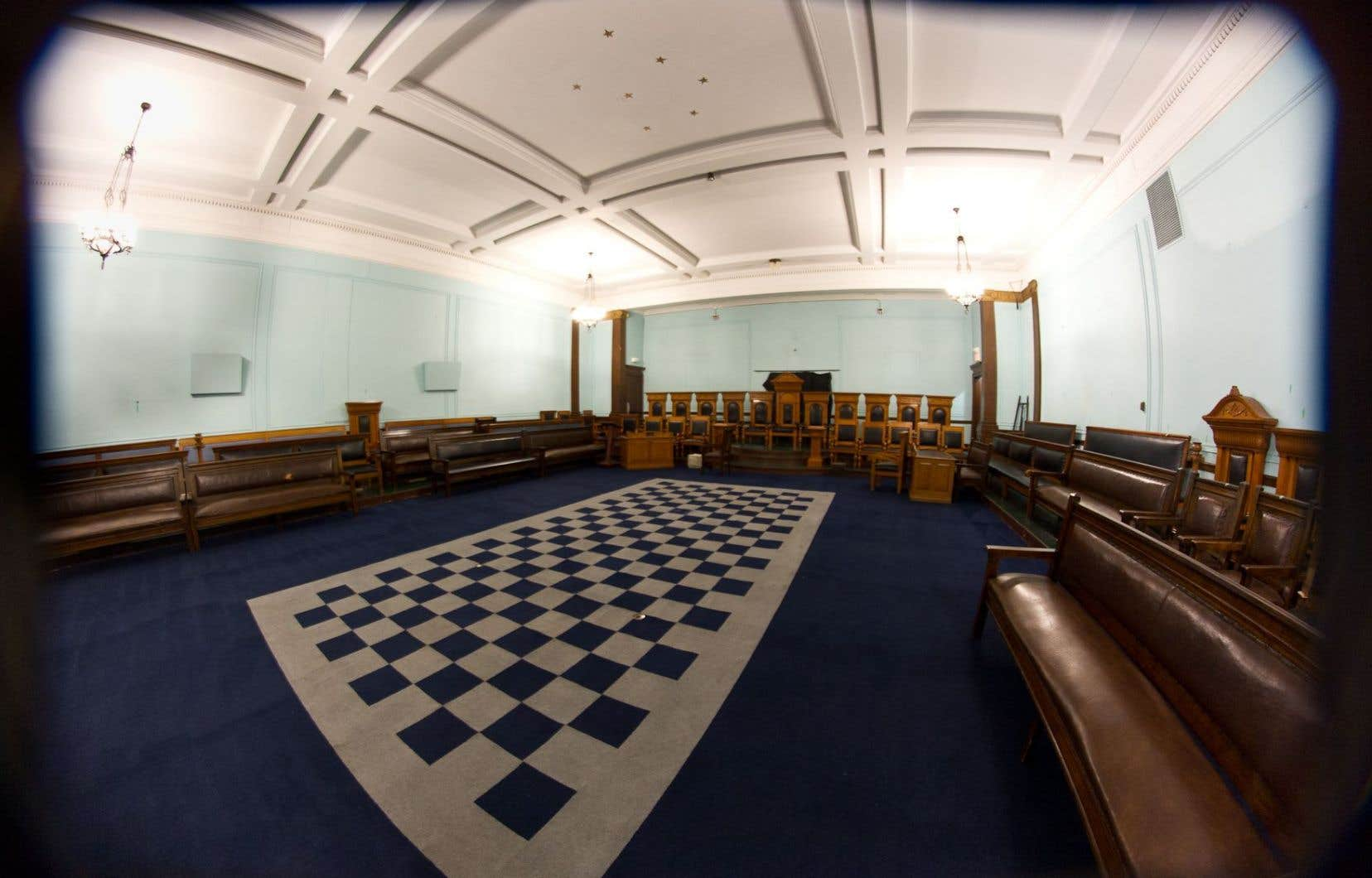 Des travaux de restauration sont en cours. Des tableaux ont été retirés des murs. Restent les meubles en chêne, de grands tapis en échiquier, les plafonds étoilés de l'Antiquité grecque.