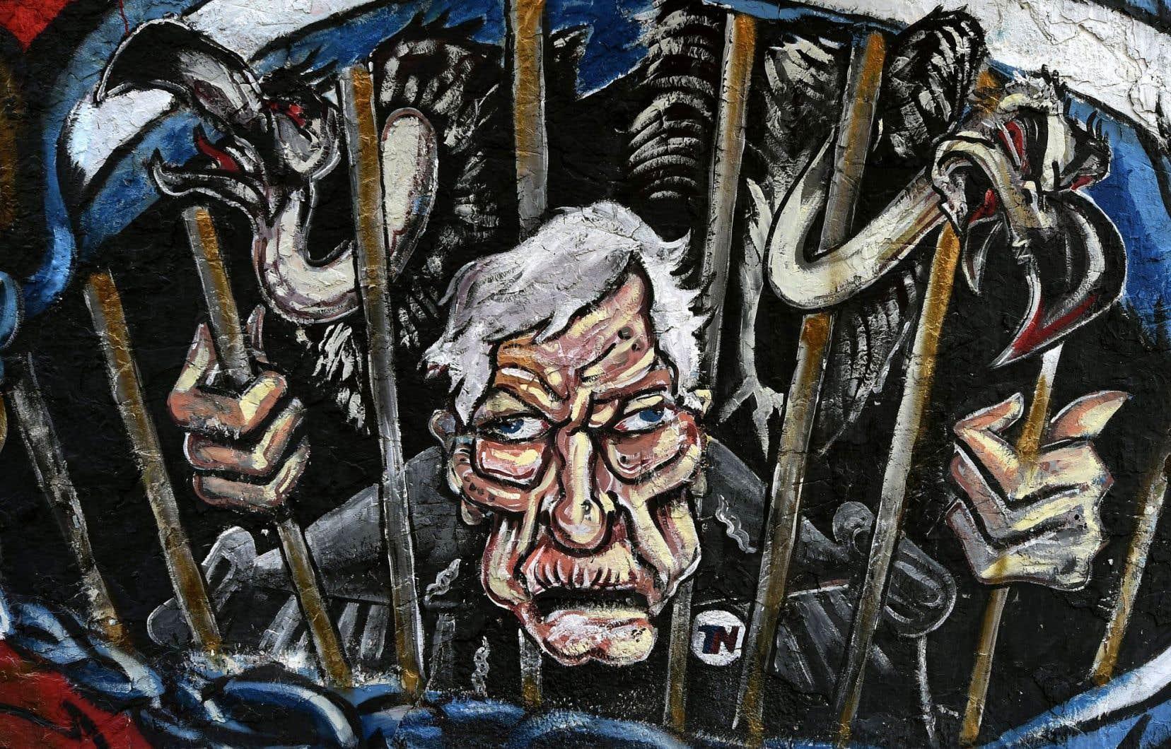 Sur le mur extérieur d'un commerce situé juste à côté du Congrès national à Buenos Aires, un artiste a peint cette fresque montrant le juge américain Thomas Griesa, qui s'est rendu célèbre en donnant raison à des fonds d'investissement dits «vautours» contre l'Argentine. L'ONU veut éviter que les pays qui se retrouvent en défaut de paiement soient à la merci de leurs créanciers.