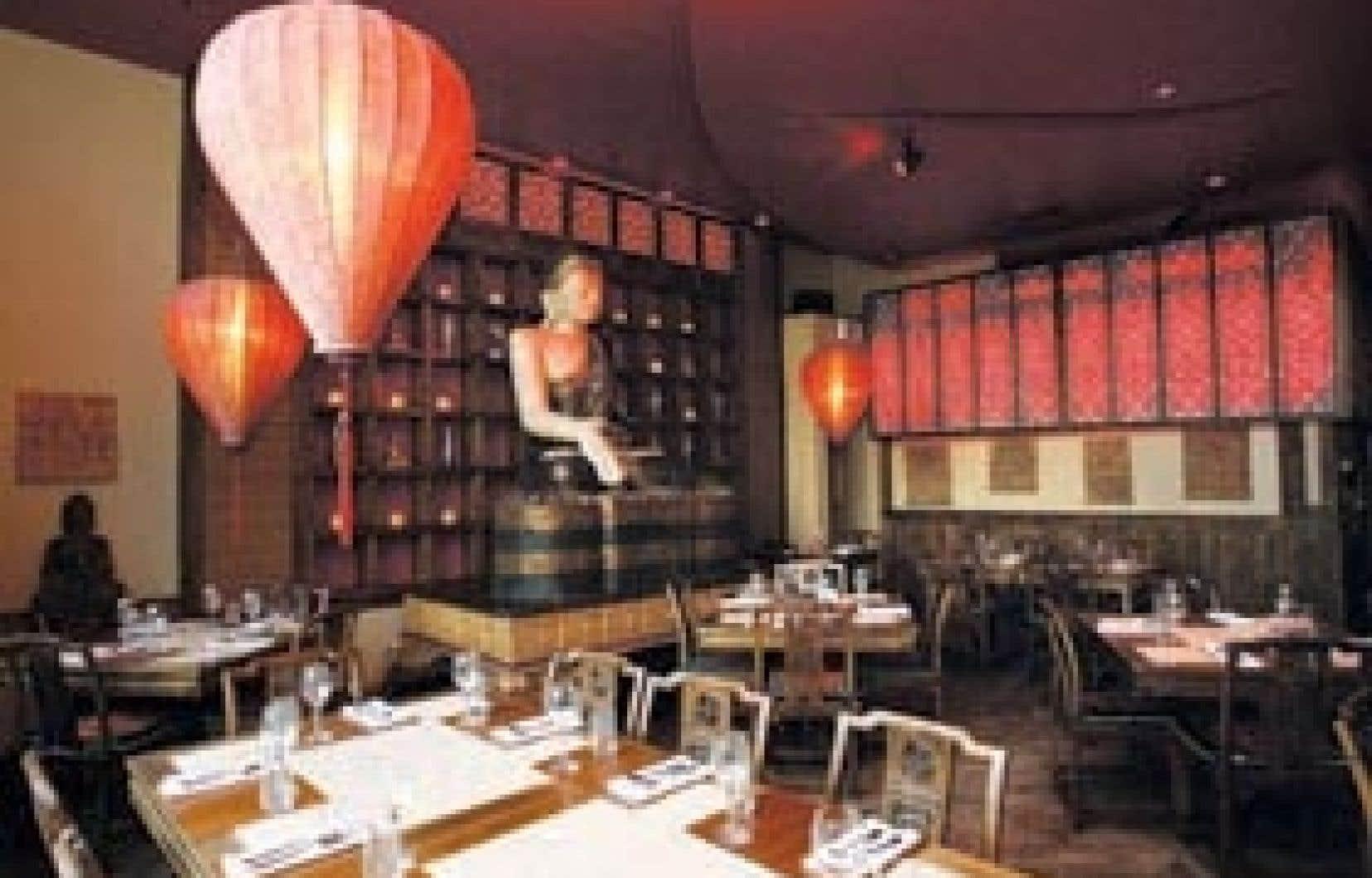 Le décor du restaurant est sobre, avec ses tables nues garnies de serviettes de coton.