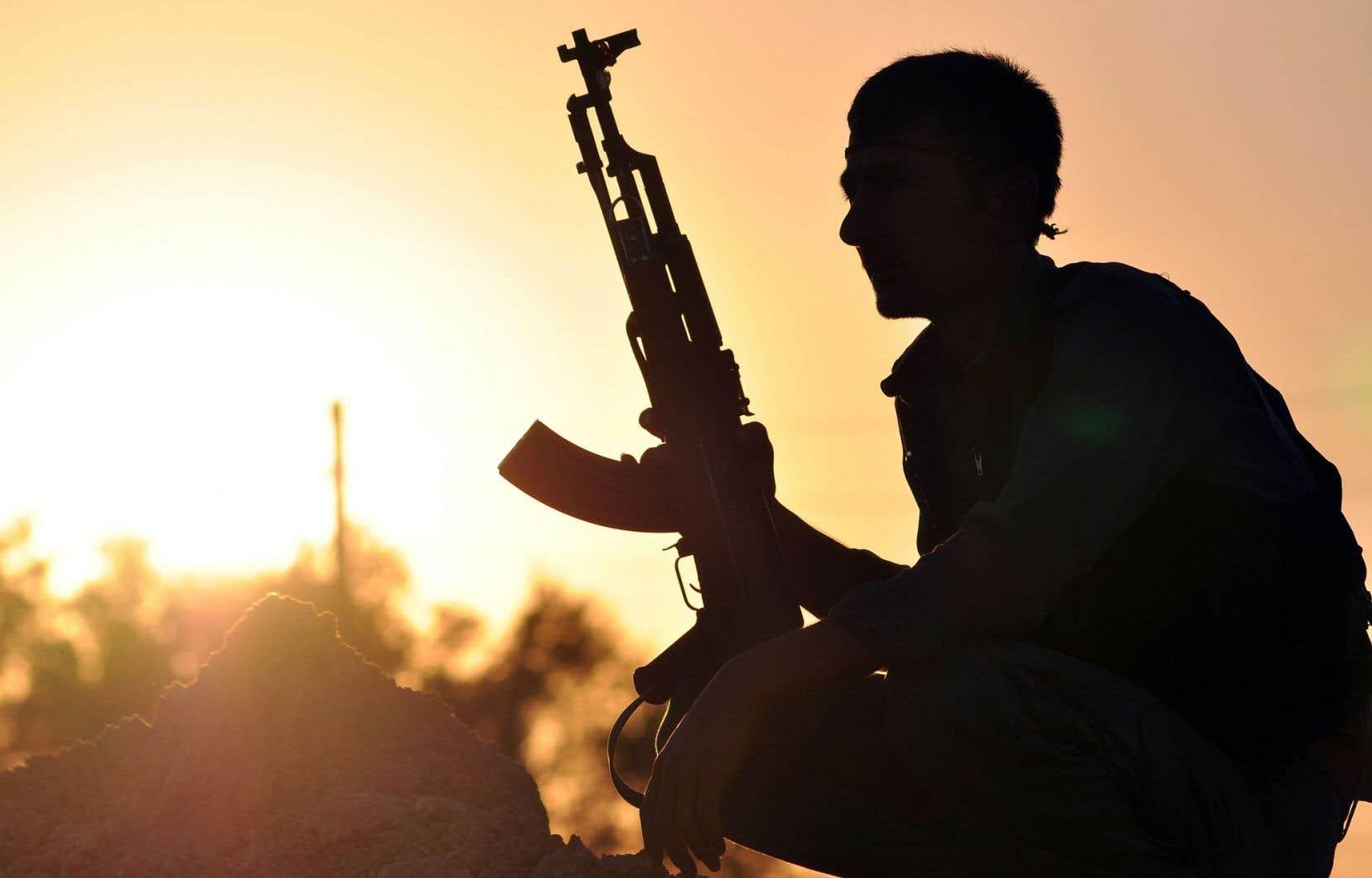Un combattant kurde opposé au groupe armé État islamique faisant le guet à Ain Issi, à une cinquantaine de kilomètres de la ville syrienne de Racca. L'intervention militaire de la coalition internationale — dont le Canada est membre — a notamment visé des positions du groupe terroriste en appui aux forces kurdes de la Syrie.