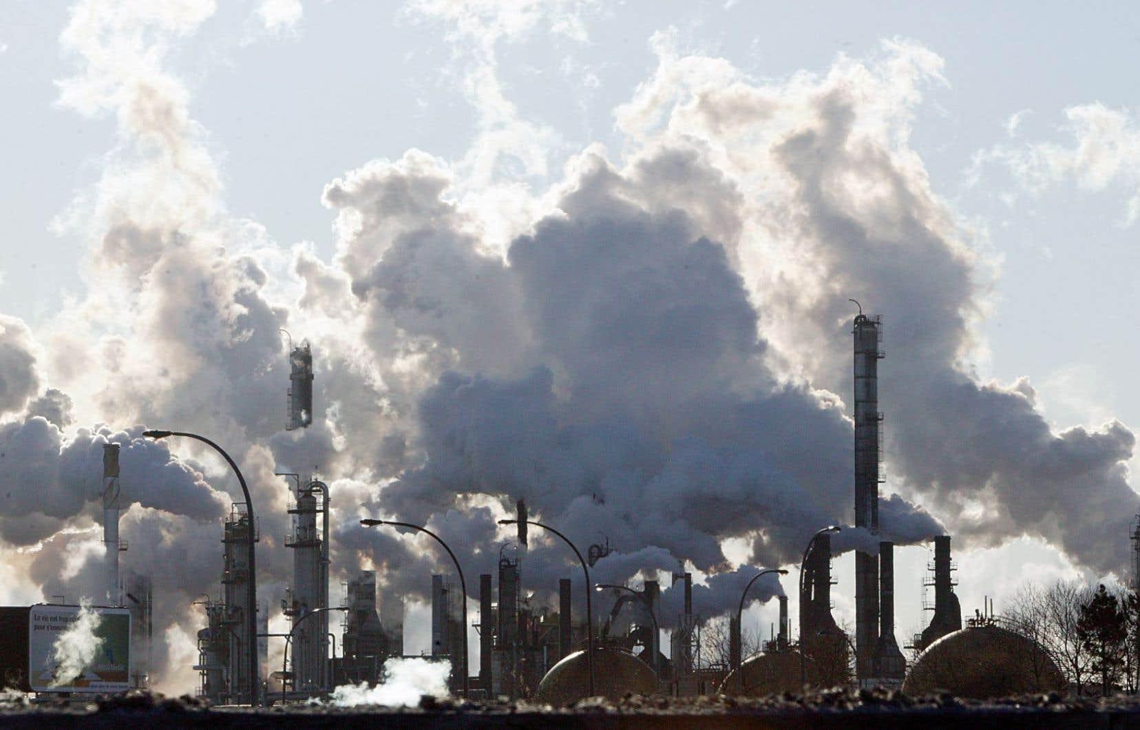 « Les pays exportateurs de matières premières, comme l'Australie et le Canada, continuent d'être confrontés à de forts vents contraires avec la chute du prix de leurs exportations de pétrole, de charbon et des métaux», a expliqué l'OCDE.