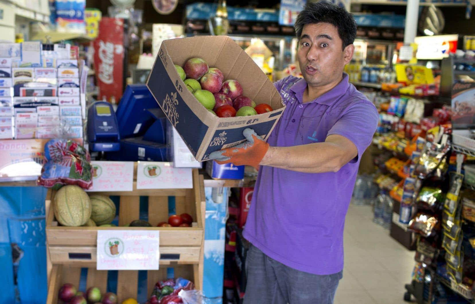 Le propriétaire du dépanneur Majestic, à Montréal, offre quelques fruits et légumes à sa clientèle du quartier Centre-Sud.