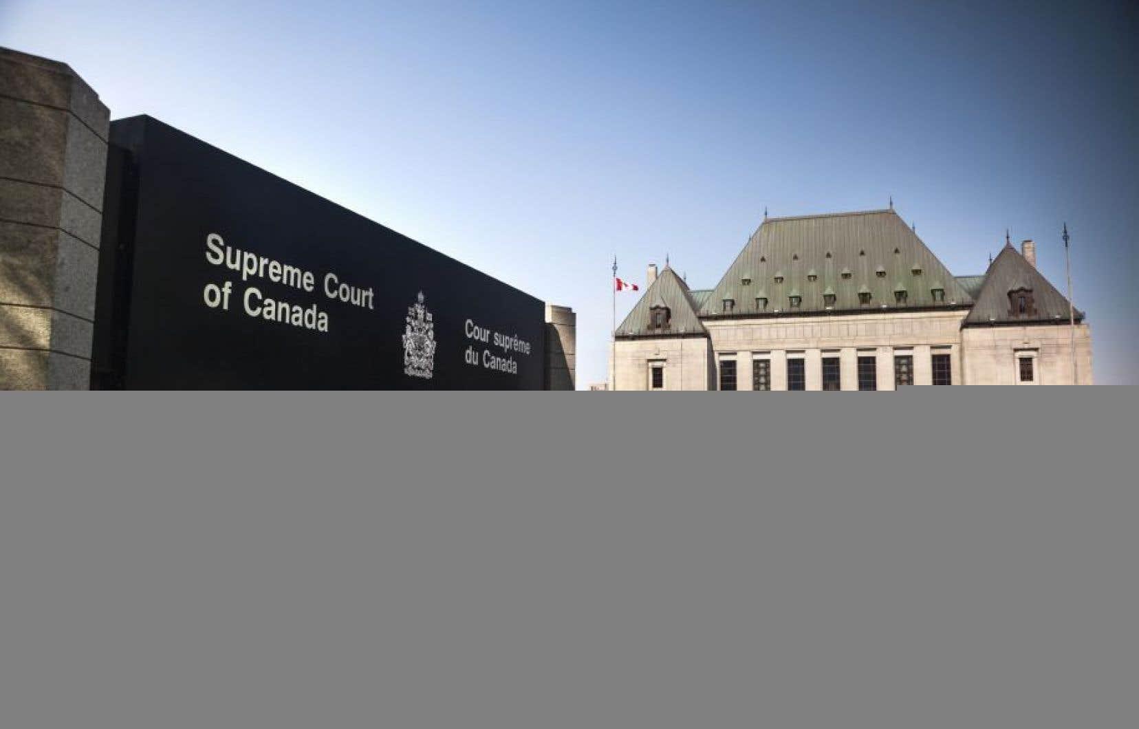 Il est faux de dire que la Cour suprême a statué sur la maternité de l'oeuvre et confirmé le coautorat de Mmes Desputeaux et l'Heureux parce que la cour s'est «interdit l'examen du fond du différend».