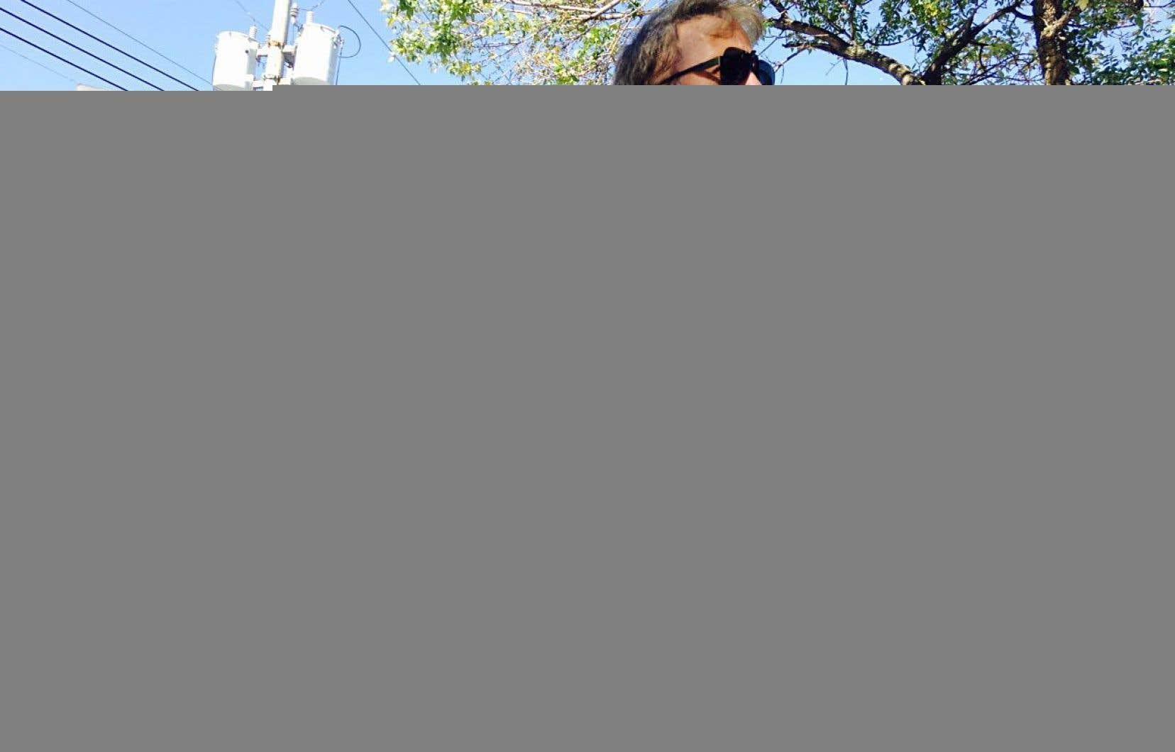 Une pancarte électorale d'Anne Lagacé Dowson, dans Papineau, a été recouverte d'un niqab noir peint à l'aérosol.