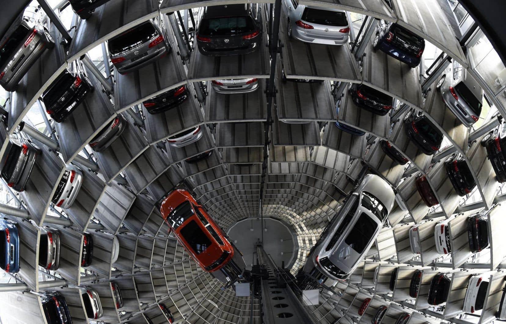 Une tour de rangement de voitures à l'usine de Volkswagen à Wolfsburg, en Allemagne