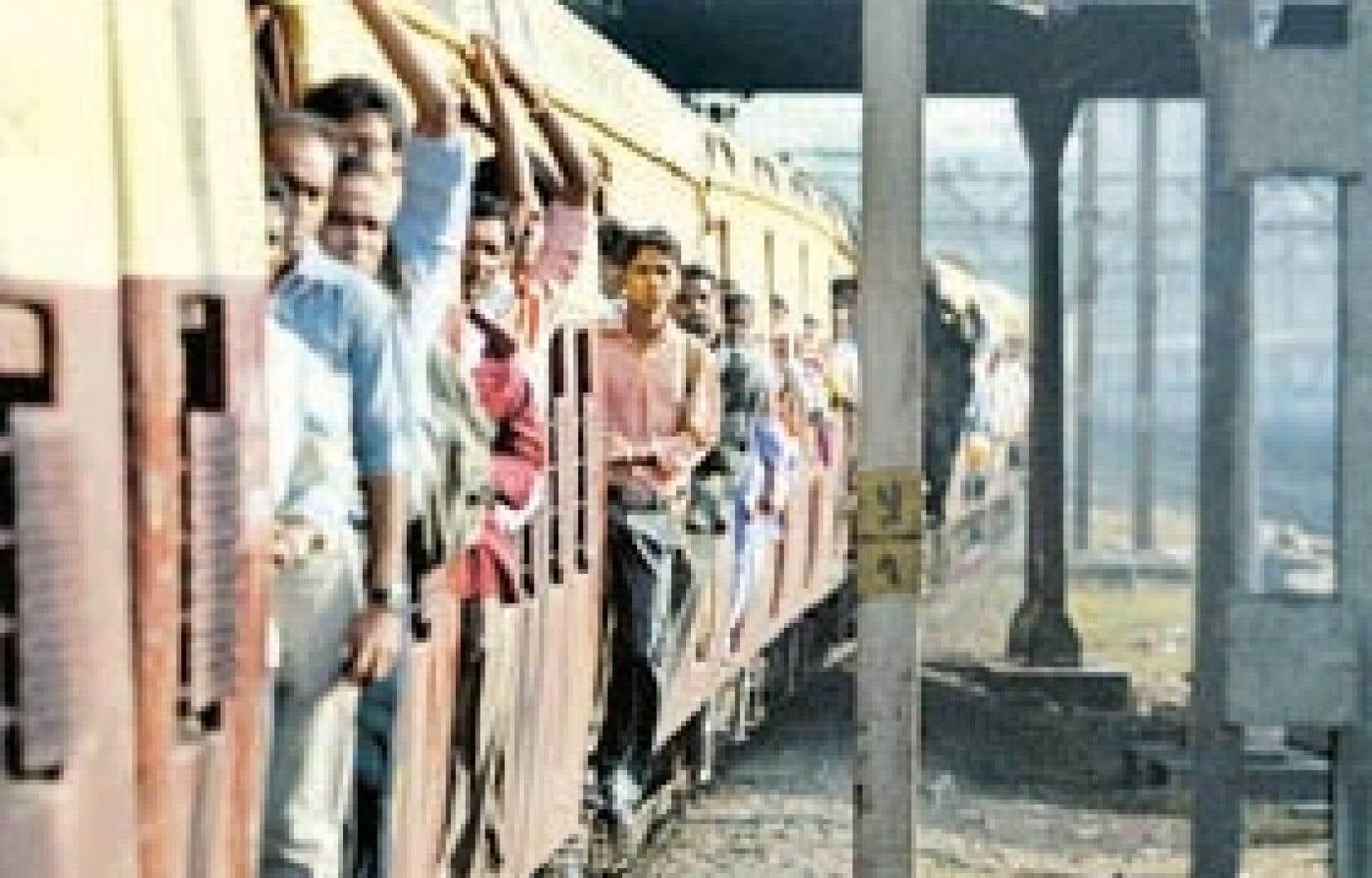 Des passagers d'un train de Mumbai. L'état lamentable des infrasctuctures de transport est un des problèmes auxquels doit faire face le gouvernement indien.