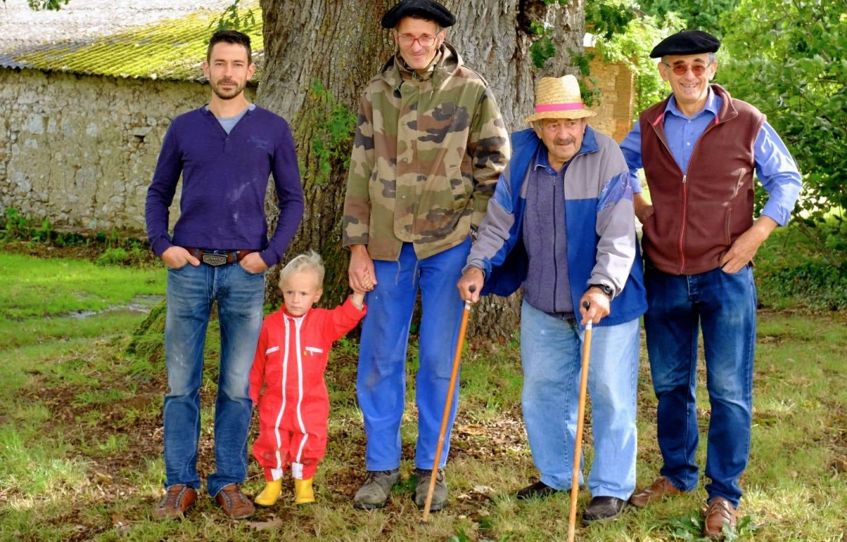Quatre générations de Delpech en appellation Brulhois au pied du chêne familial de… 700ans.