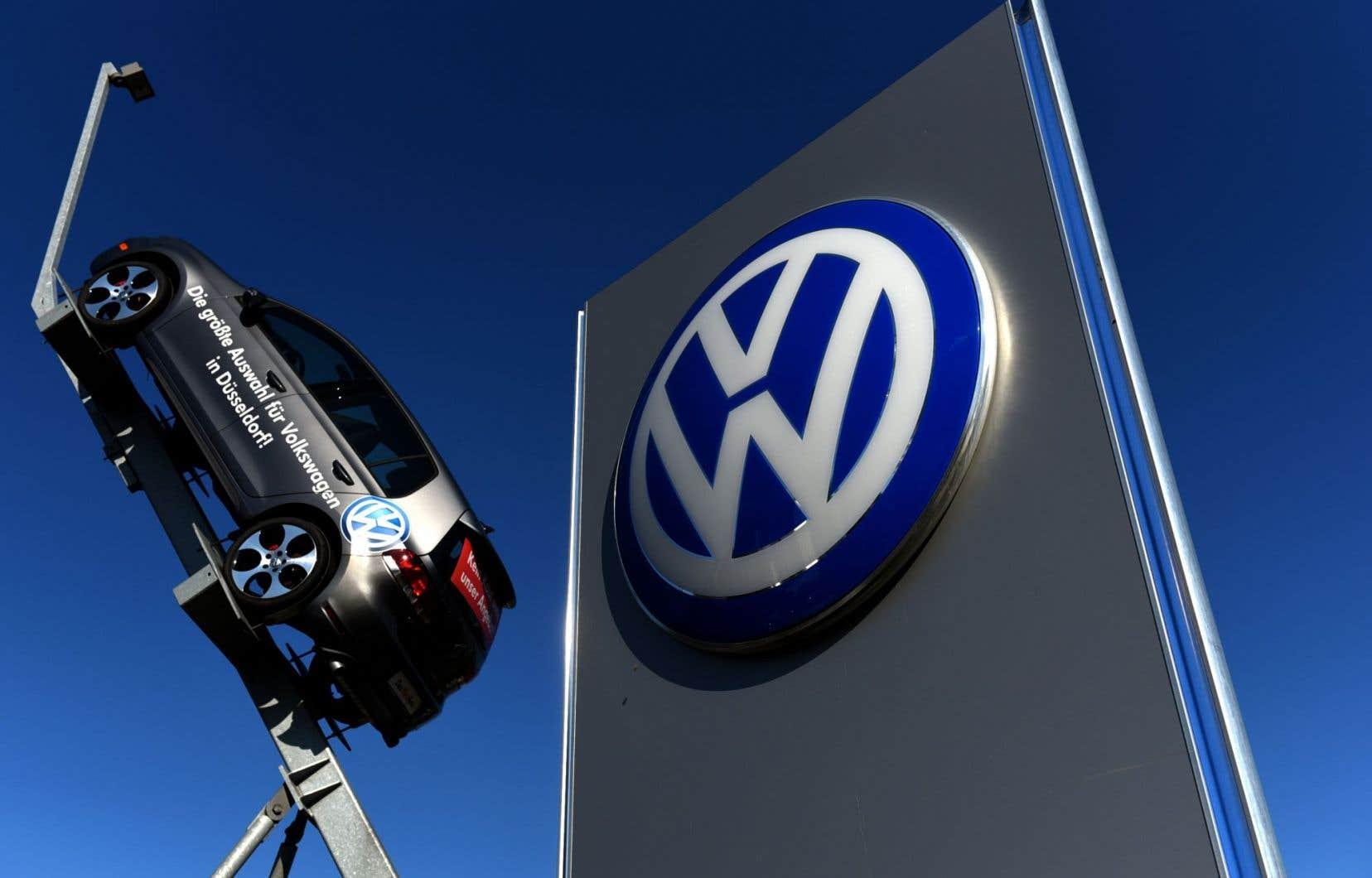 Le sigle et une voiture du groupe Volkswagen à l'entrée d'une usine du groupe à Düsseldorf
