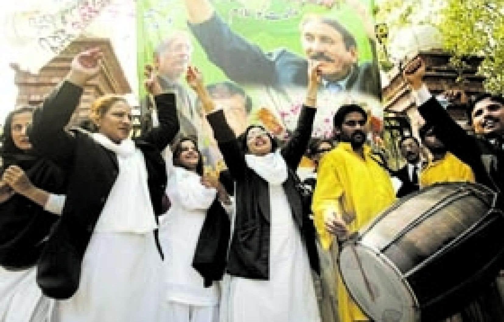 Des avocats pakistanais ont célébré hier le retour en poste du juge en chef, Iftikhar Chaudhry.