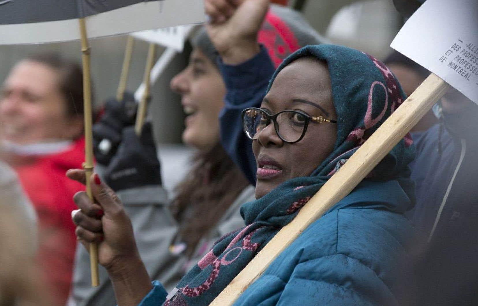 Dans 225 établissements de la métropole, les files d'élèves et le son de la cloche de la cour d'école ont cédé la place aux lignes de piquetage et aux slogans syndicaux.