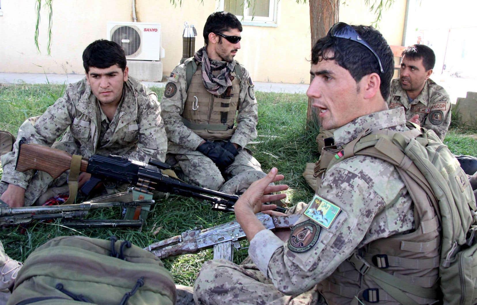 Des forces afghanes, avant de se lancer à l'assaut des talibans.