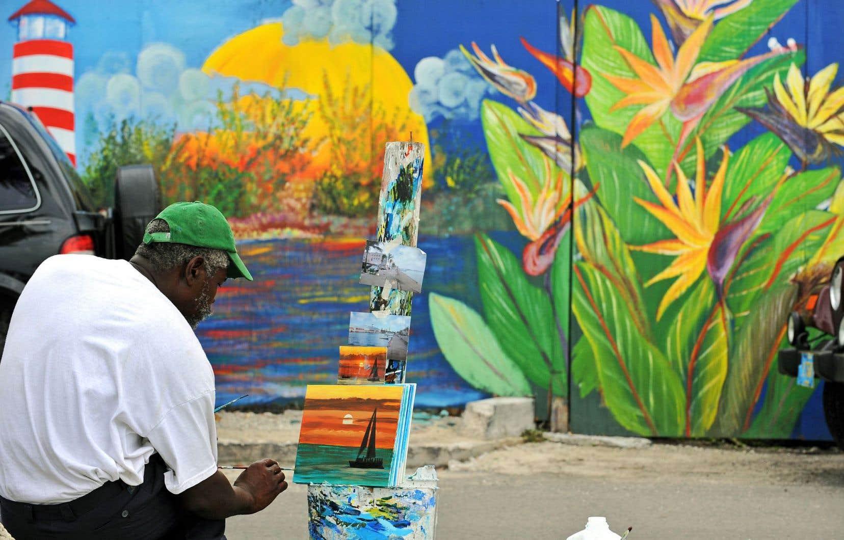 Dans le port de Nassau, un peintre fait étalage de son talent en espérant attirer l'attention des touristes. Si certains n'hésitent pas à qualifier le pays de véritable paradis sur Terre, d'autres y voient plutôt un paradis fiscal: les Bahamas.