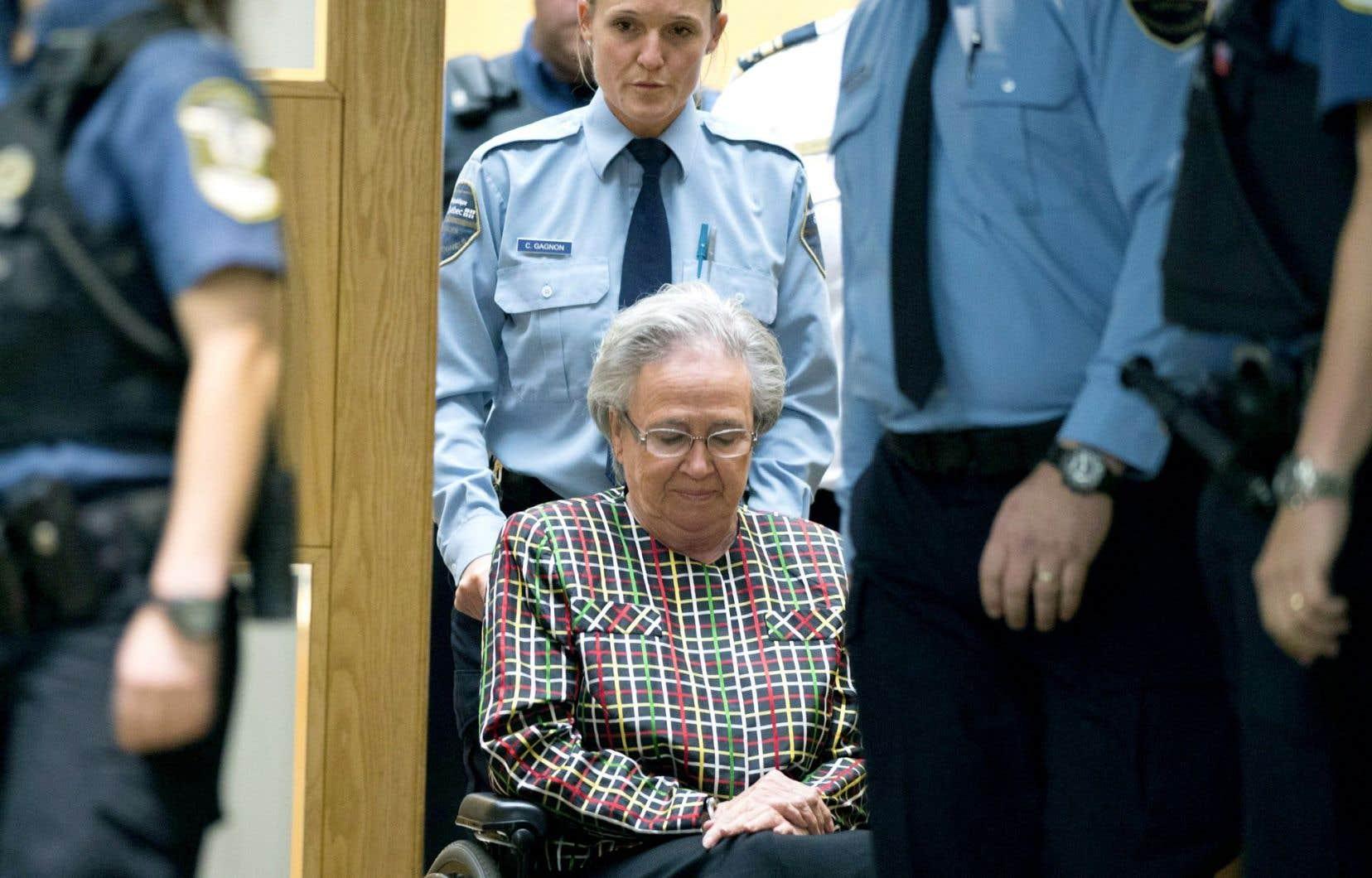 Lise Thibault a été escortée hors de la salle d'audience, menottes aux poings, après l'énoncé de sa sentence, mercredi à Québec.