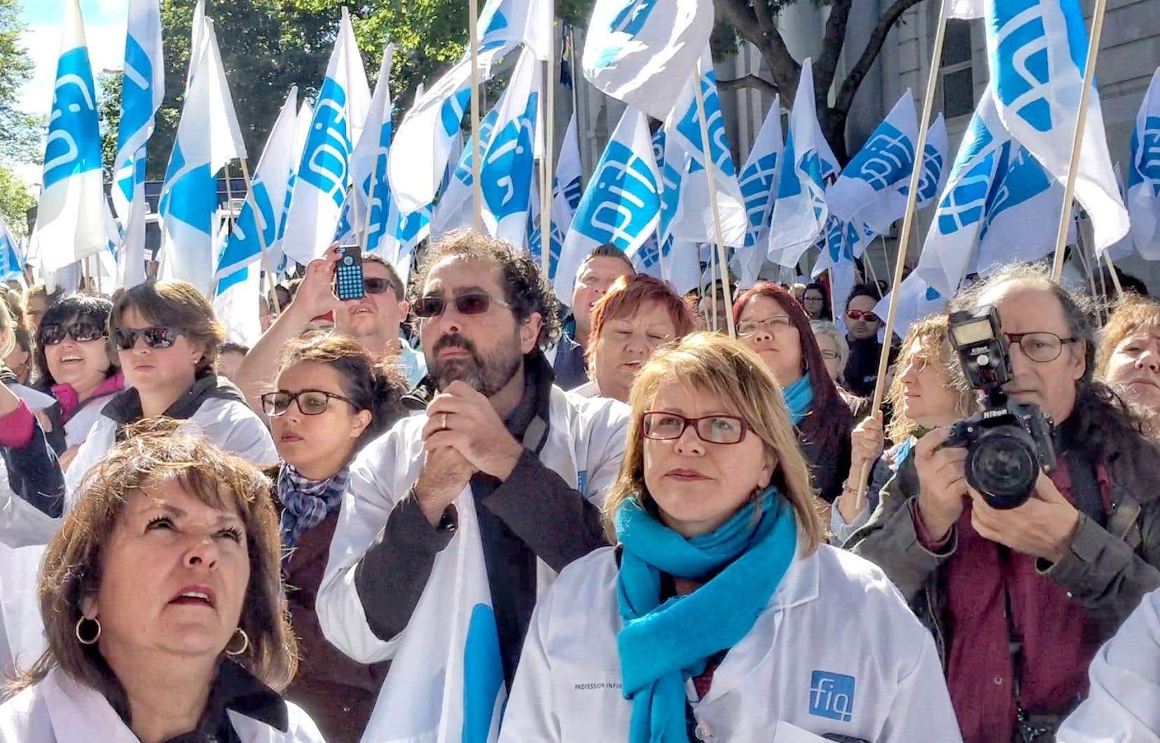 Plus de 500 infirmières ont afflué sur la colline parlementaire jeudi en fin d'avant-midi pour barrer la route aux voitures de fonction des ministres.