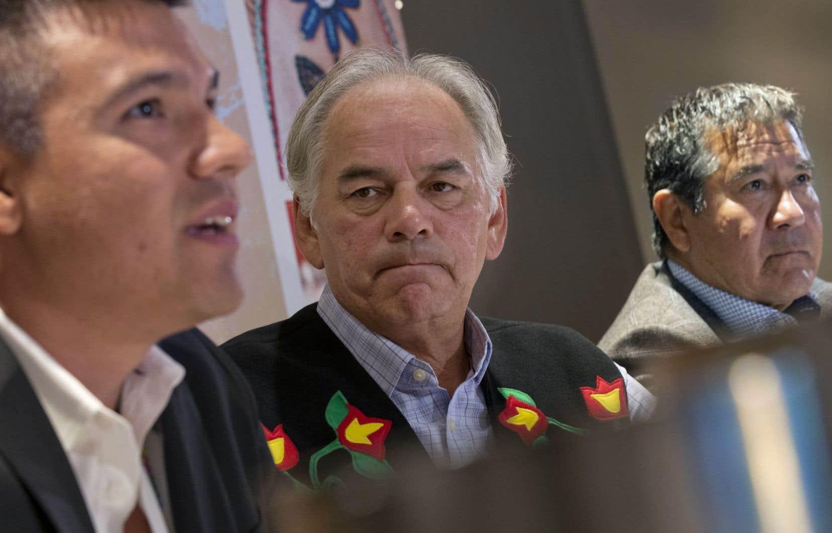 Le chef de la nation atikamekw, Constant Awashish, le chef de l'Assemblée des Premières Nations du Québec et du Labrador, Ghislain Picard, et le chef mohawk de Kahnawake, Joe Norton