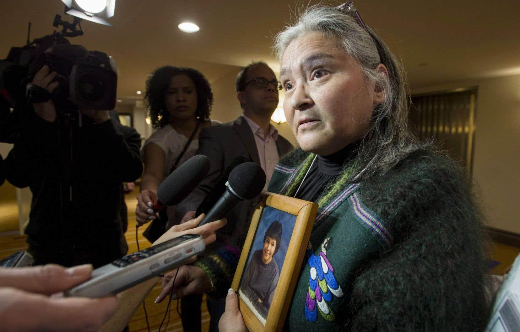 Le gouvernement Harper a refusé de mettre sur pied une commission d'enquête nationale sur la disparition ou le meurtre d'environ 1200 femmes autochtones. Sur la photo tenue par Elisapee Sheutiapik, ex-mairesse d'Iqaluit, Mary Ann Birmingham, l'une des femmes autochtones victimes d'un meurtre.