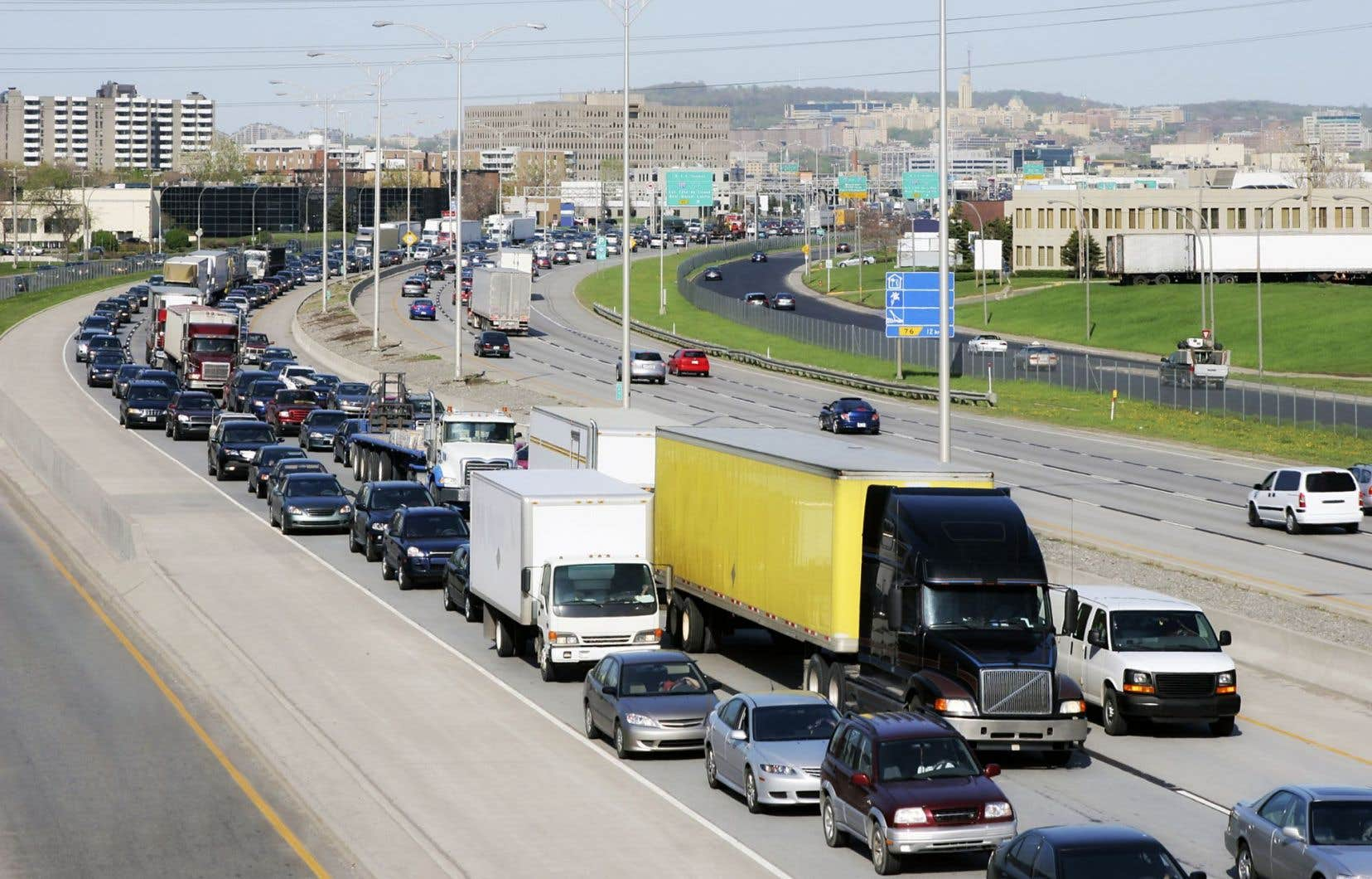 Le Québec devra nécessairement investir massivement dans les modes de transports collectifs et dans l'électrification des transports individuels au cours des prochaines décennies s'il désire effectuer une transition énergétique efficace, souligne le rapport de l'IREC.