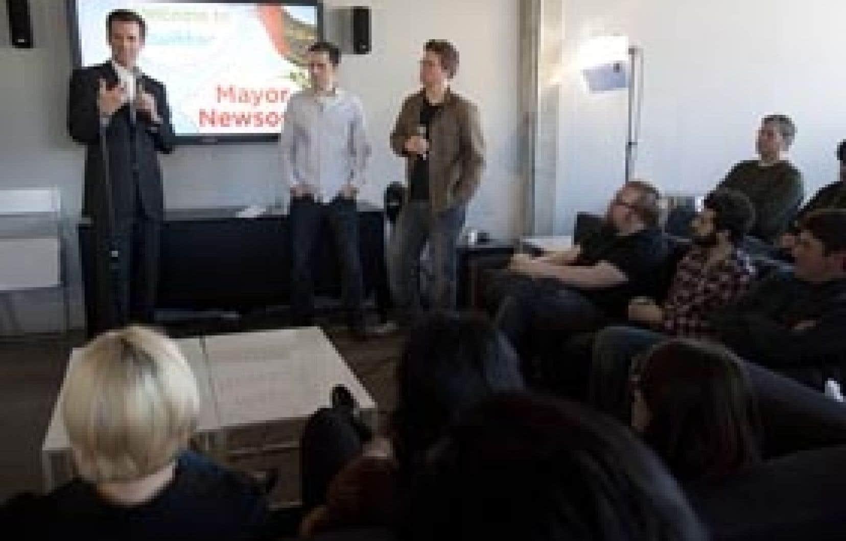 Le maire de San Francisco, Gavin Newsom, s'est adressé aux employés de Twitter, la semaine dernière, au siège social de l'entreprise. À ses côtés, Evan Williams, p.-d.g. et Biz Stone, cofondateur de Twitter.