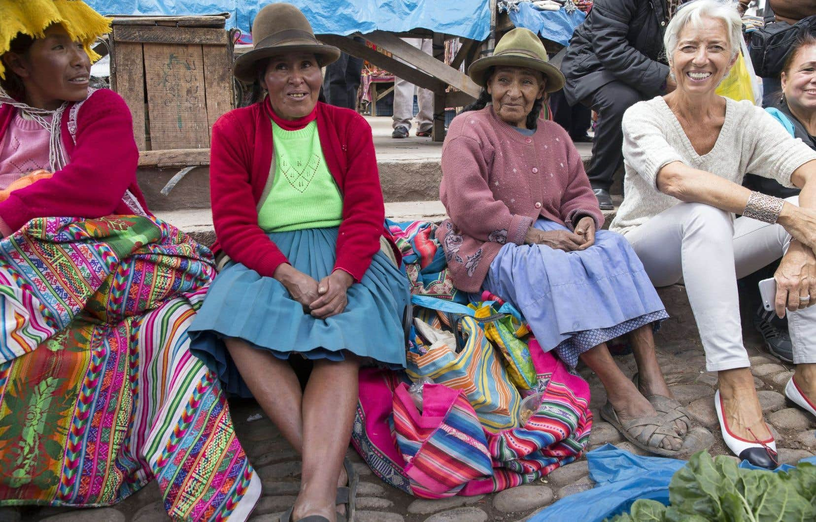 Assise avec des artisans au marché de Pisac, au Pérou, la directrice générale du FMI, Christine Lagarde, passe la semaine dans ce pays afin de participer à la réunion annuelle conjointe de son organisation et de la Banque mondiale.