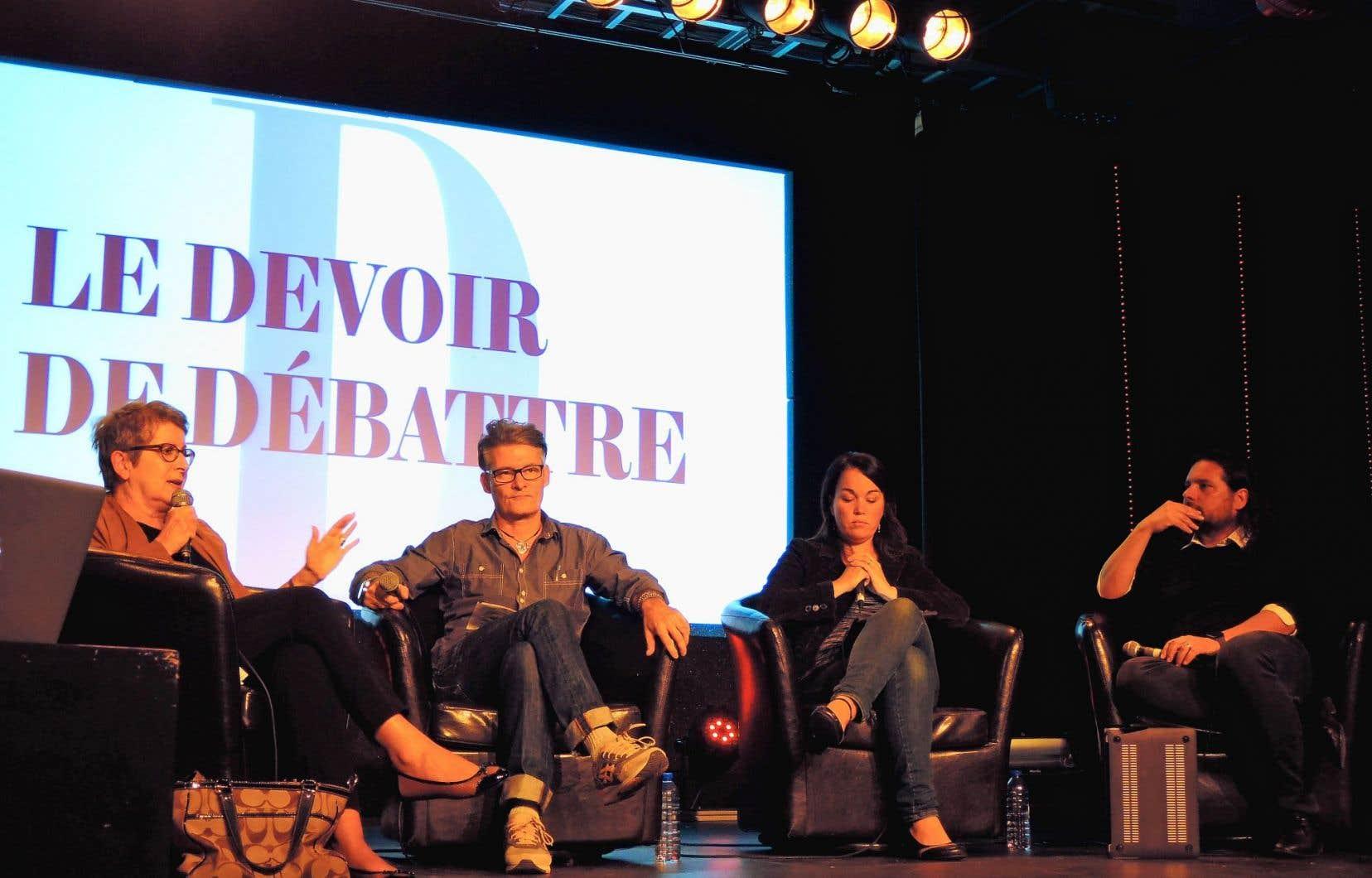 Les invités du Devoir de débattre qui se tenait à la SAT mardi soir, de gauche à droite: Lise Bissonnette, Réjean Bergeron, Marie-Claude Gauthier et Sylvain Carle.