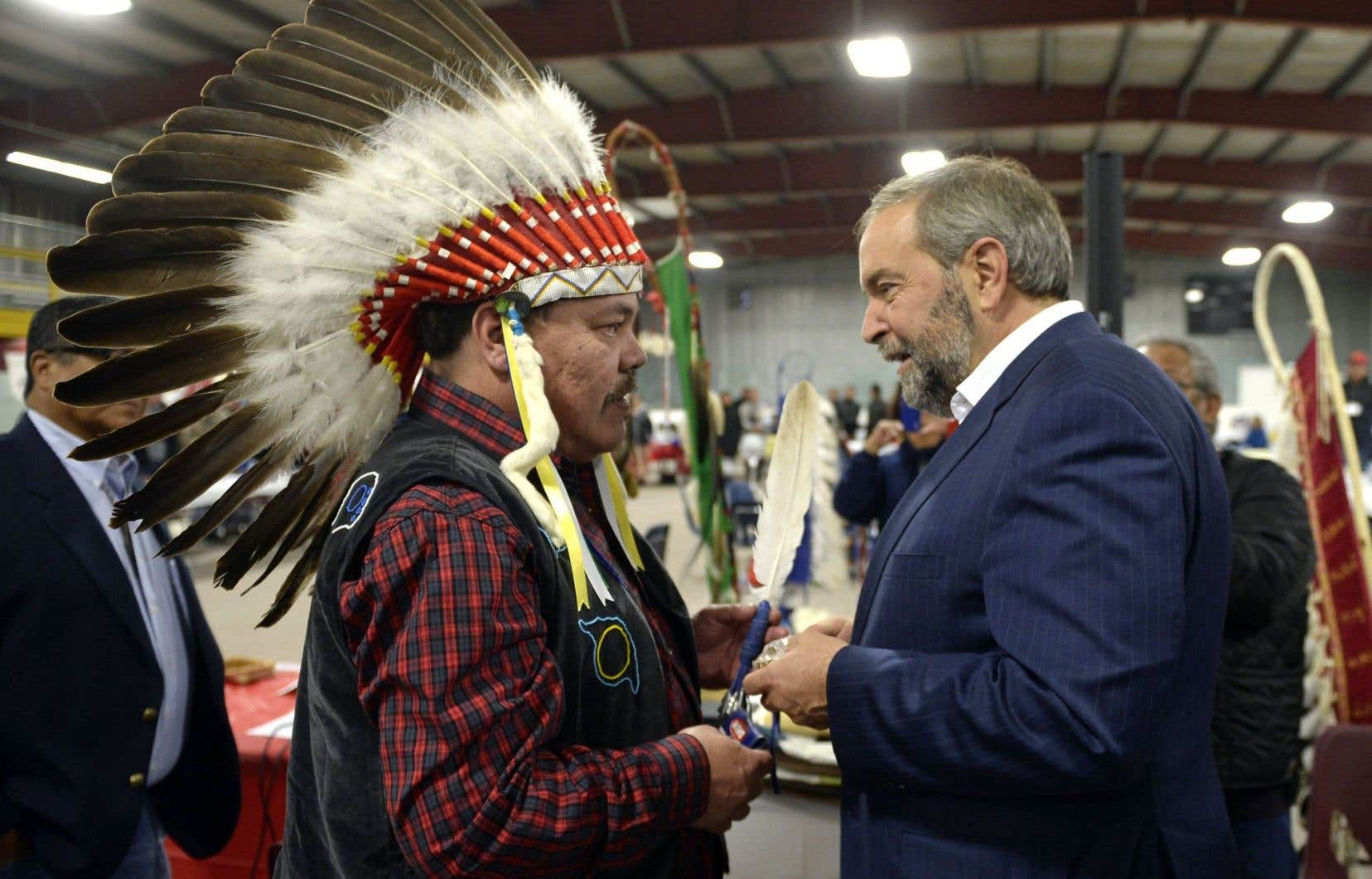 Thomas Mulcair s'est entretenu avec le grand chef Warren White, à Whitefish Bay, en Ontario.