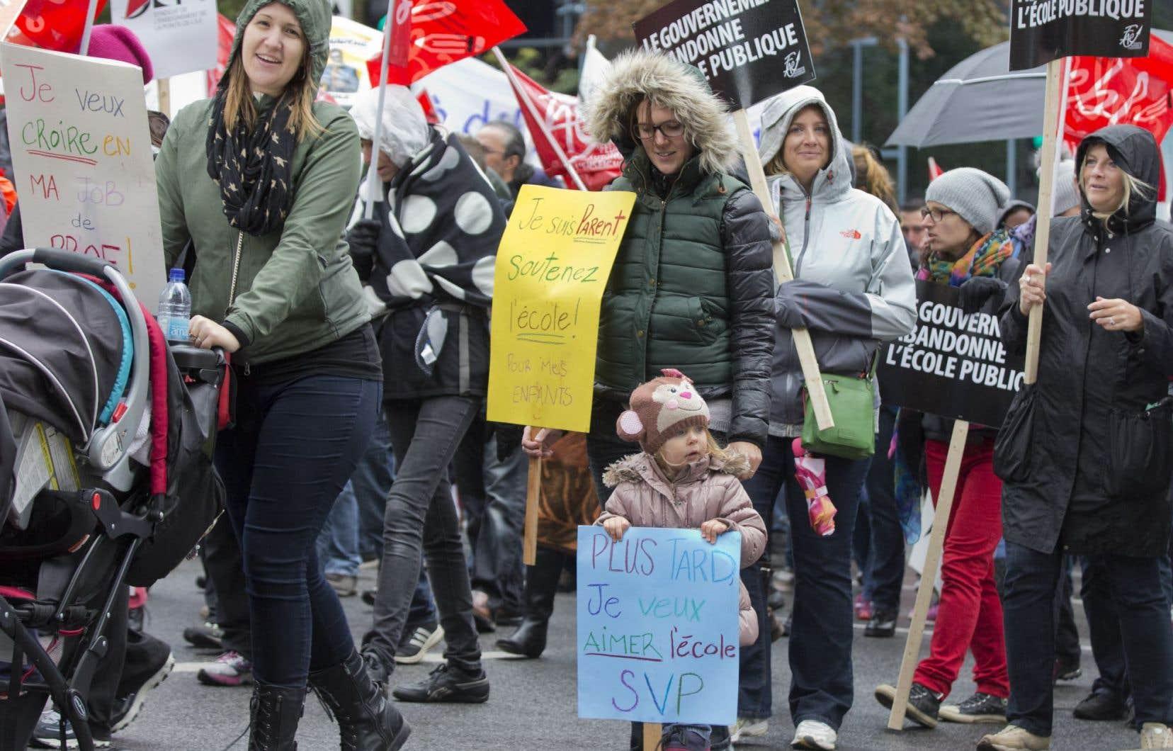 Des milliers d'enseignants du primaire et du secondaire ont manifesté le 1er octobre dans plusieurs régions du Québec.