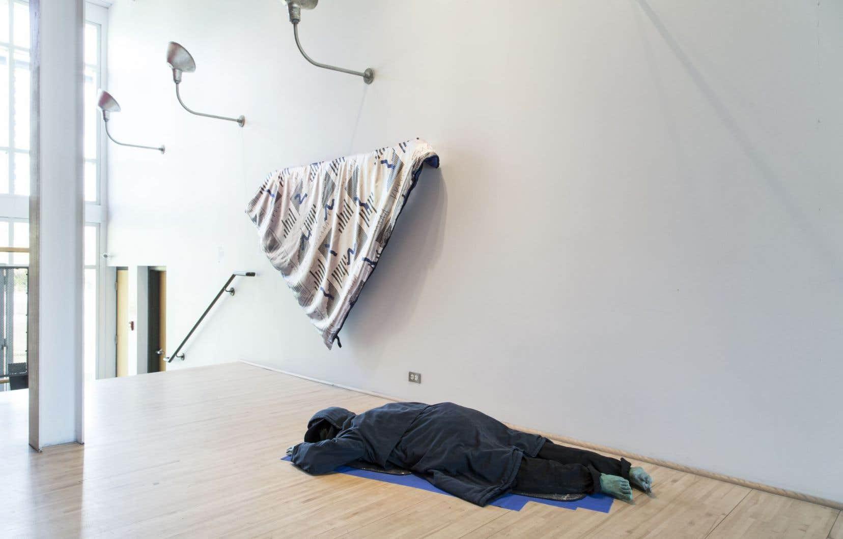 L'une des propositions de l'exposition «Monuments aux victimes de la liberté» est celle de Dominique Sirois, qui a conçu une sculpture hyperréaliste d'un sans-abri sans visage à enjamber dans le corridor.