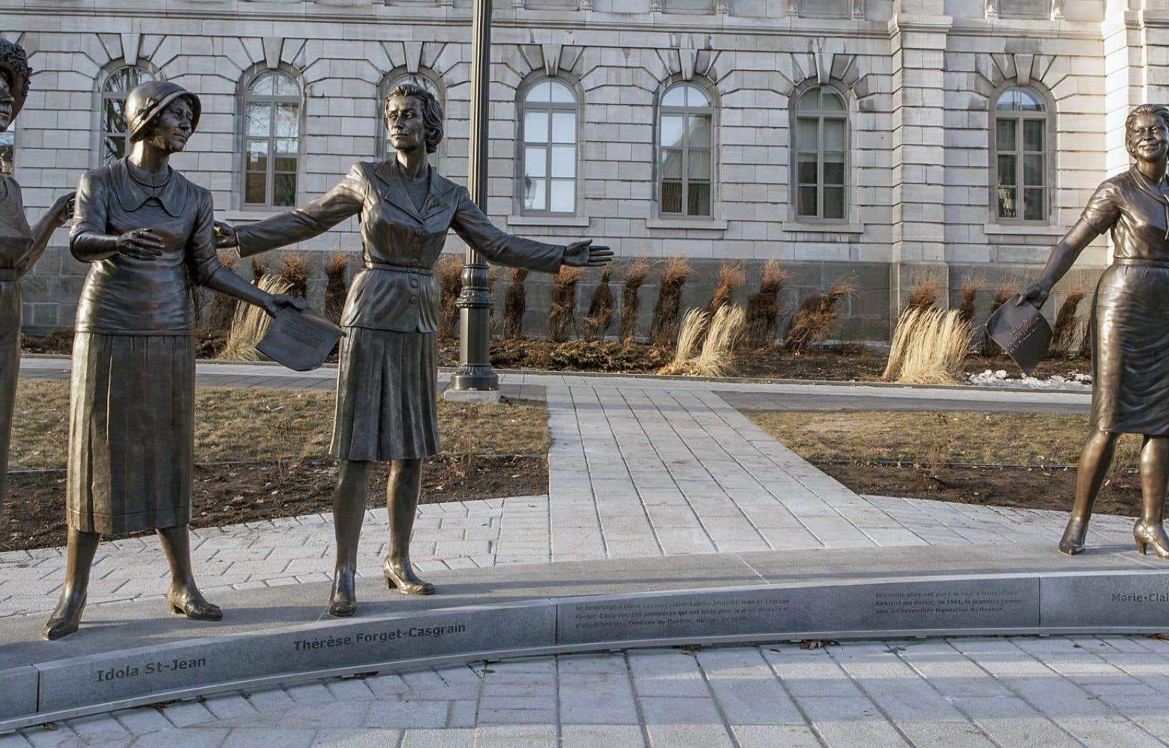 Des sculptures devant l'Assemblée nationale montrent trois suffragettes (Marie Lacoste Gérin-Lajoie, Idola Saint-Jean et Thérèse Forget-Casgrain) et la première députée du Québec, Marie-Claire Kirkland.