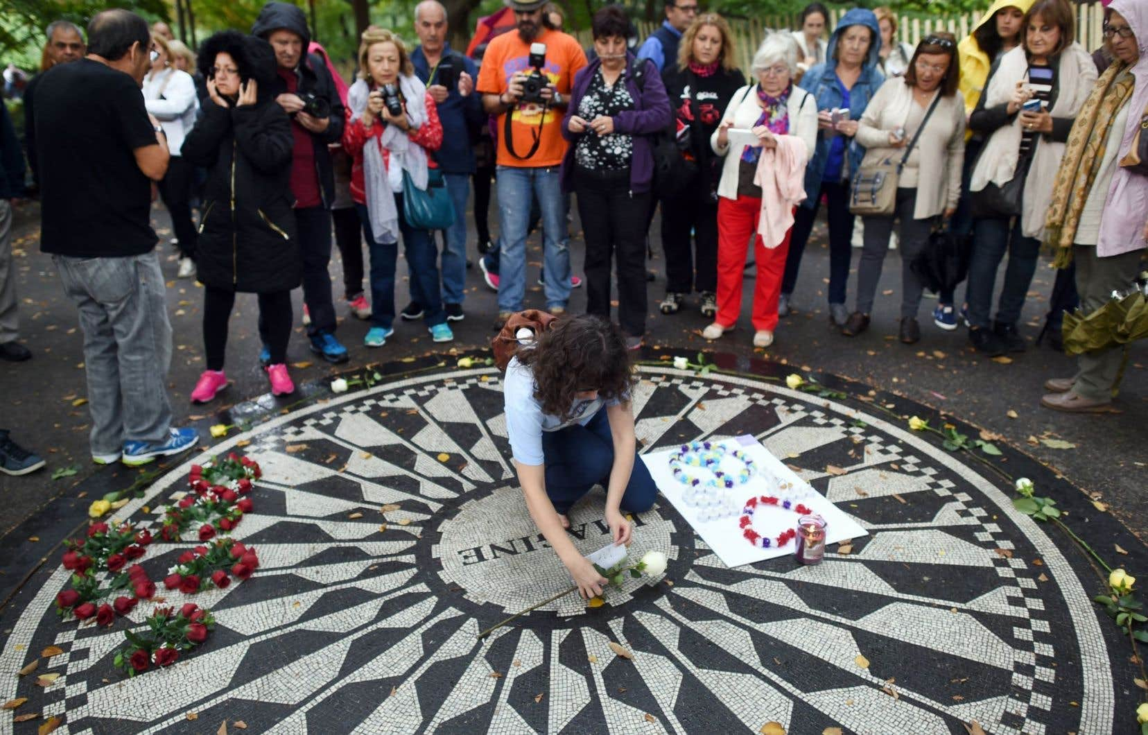 Ses admirateurs ont déposé vendredi fleurs, photos et pommes sur le mémorial de forme circulaire, qui porte en son centre le mot « Imagine ».