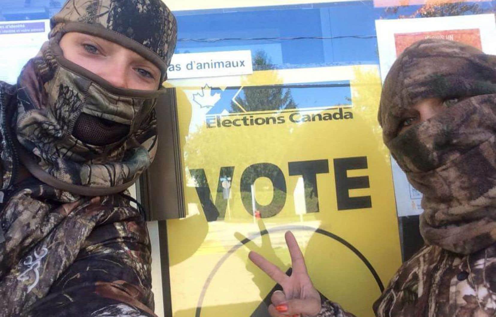 Des dizaines d'électeurs ont exercé leur droit de vote par anticipation, le visage couvert.