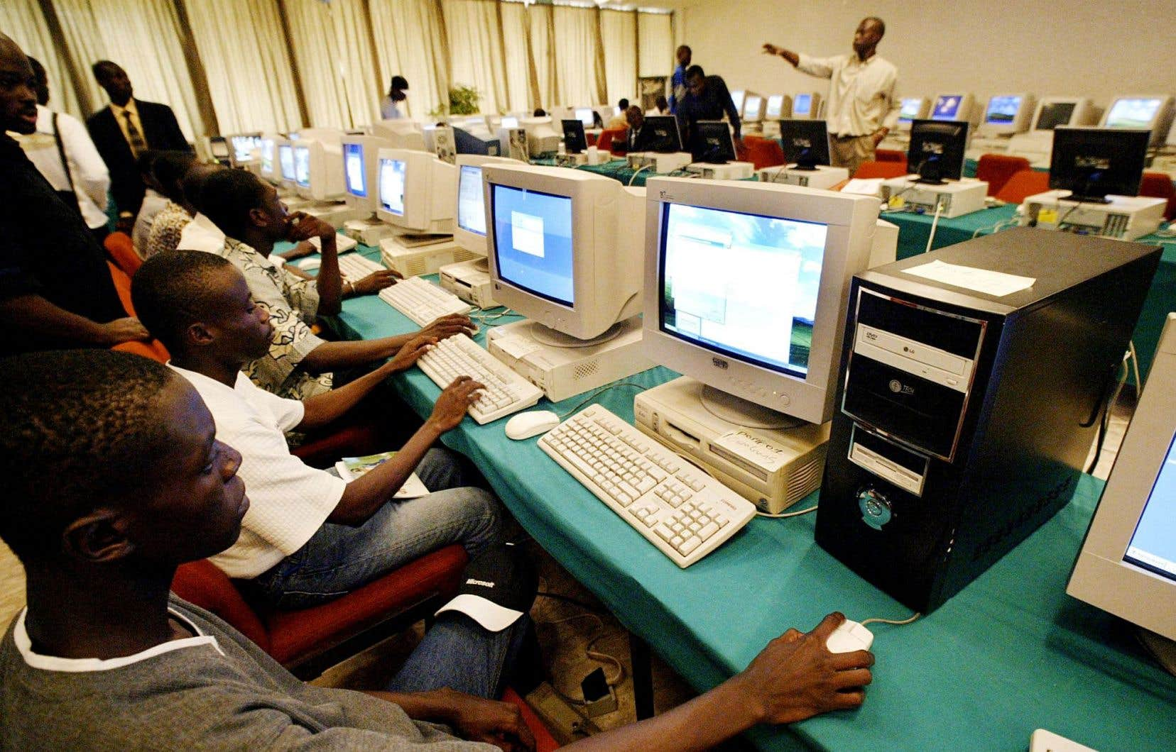 «On sait qu'il y a de plus en plus de matériel disponible, de téléphones portables, de téléphones intelligents et maintenant de tablettes, notamment en Afrique. Le développement des technologies a fait que de plus en plus d'enseignants se sont équipés et que la question de l'utilisation de ces outils se pose», assure Pierre-Jean Loiret, coordonnateur de projets numériques éducatifs pour l'Agence universitaire de la francophonie.
