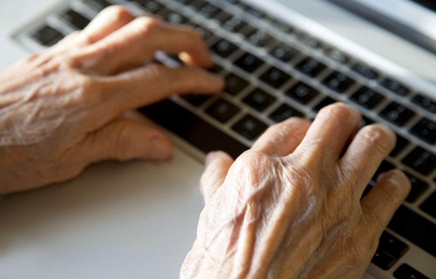 Dans le Pavillon d'éducation communautaire d'Hochelaga-Maisonneuve, on offre entre autres des cours d'informatique aux personnes âgées, et des ordinateurs sont aussi mis à la disposition des membres, que ce soit pour y faire des devoirs ou de la recherche d'emploi.