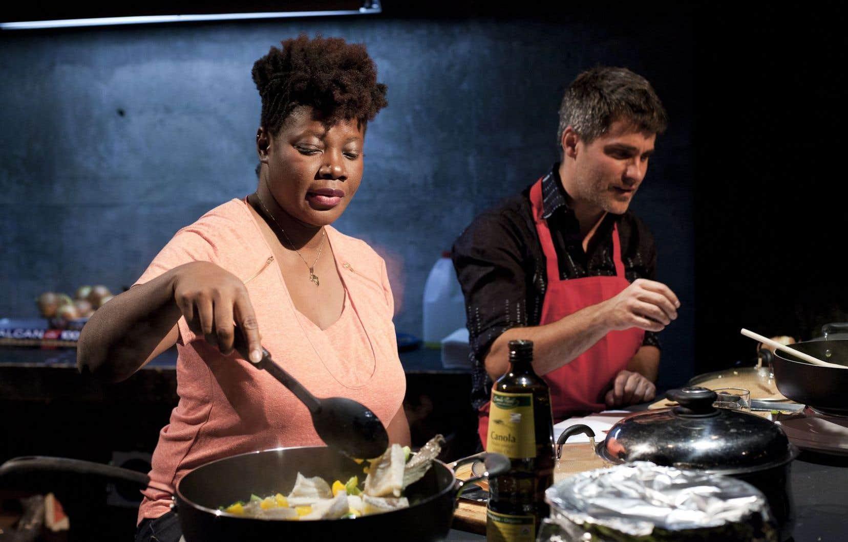 Marie-Louise Bibish Mumbu et Philippe Ducros, le metteur en scène, devisent tout en préparant un plat de morue aux poivrons et oignons.