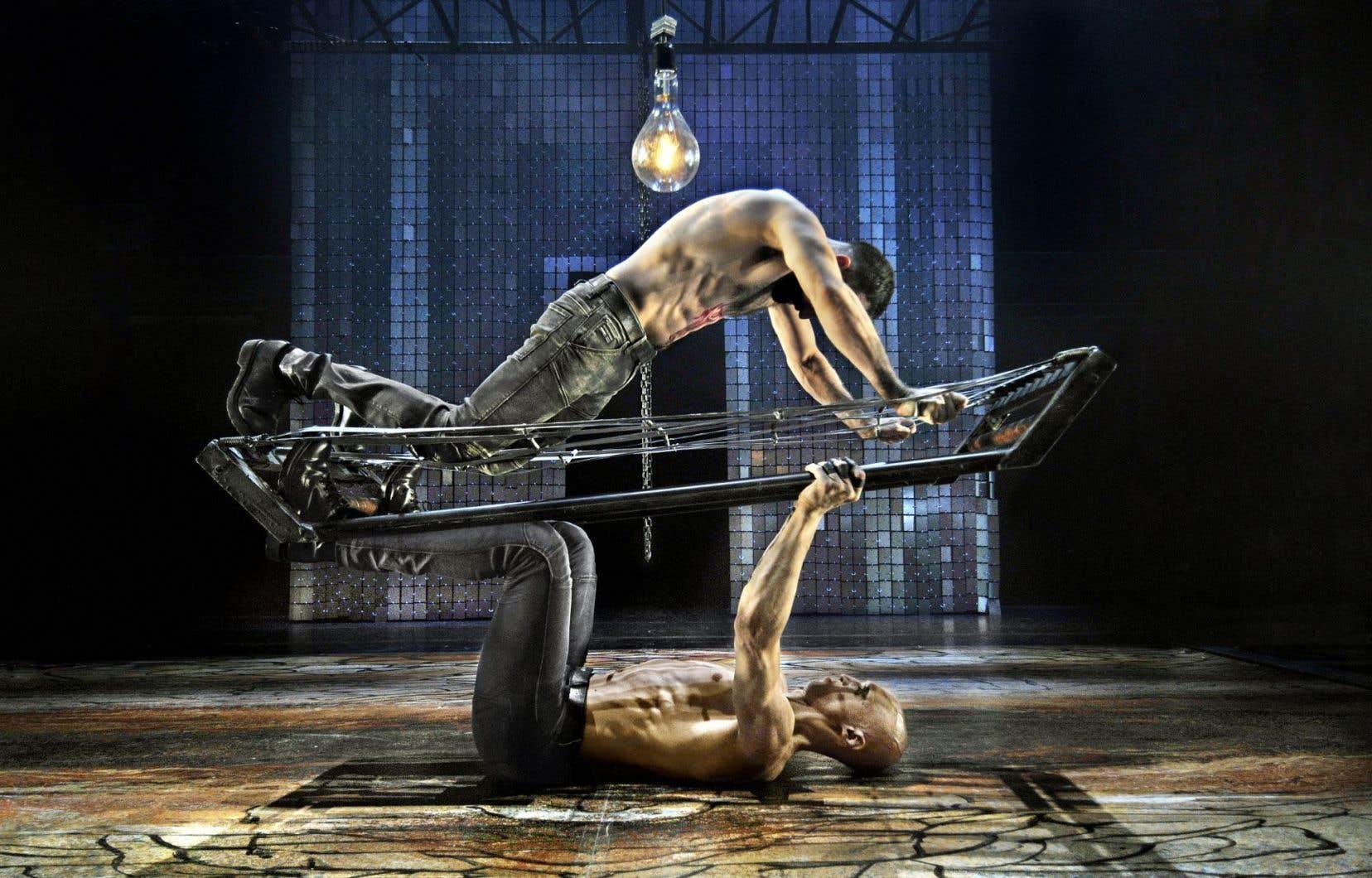 La cage conçue par le scénographe Bernard Lagacé joue le rôle d'un troisième protagoniste dans la recréation de la pièce.