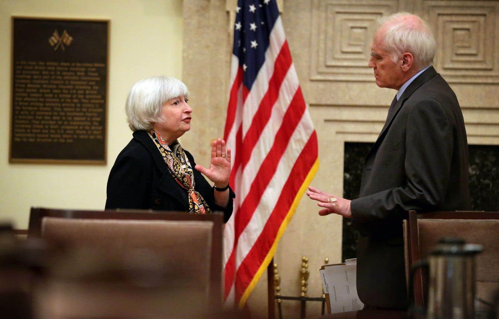 La présidente de la Fed, Janet Yellen, en discussion avec le gouverneur Daniel Tarullo, qui a recommandé publiquement la patience pour ce qui est du relèvement des taux.