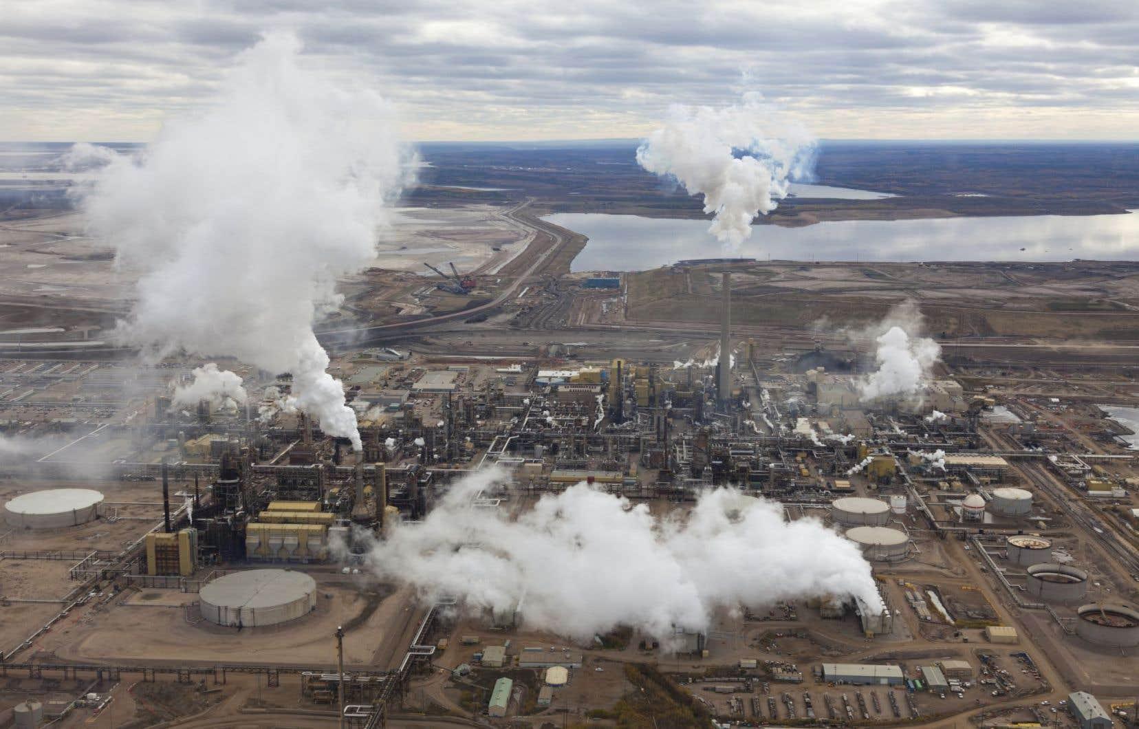 Non seulement le gouvernement Harper a délaissé le Protocole de Kyoto après qu'il eut été ratifié par le Canada, mais il n'a jamais entrepris d'actions concrètes pour respecter la cible de réduction des émissions de gaz à effet serre moins ambitieuse fixée par la suite.