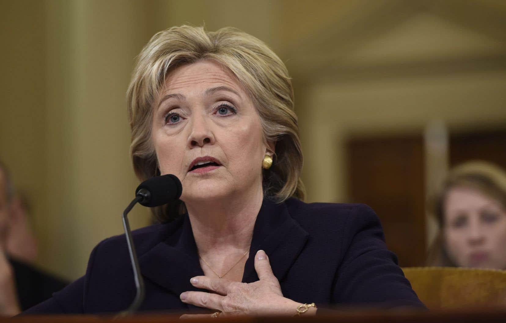 Hillary Clinton, malgré l'enjeu de l'audition, est demeurée calme toute la journée contrairement à son précédent passage à une commission en 2013.