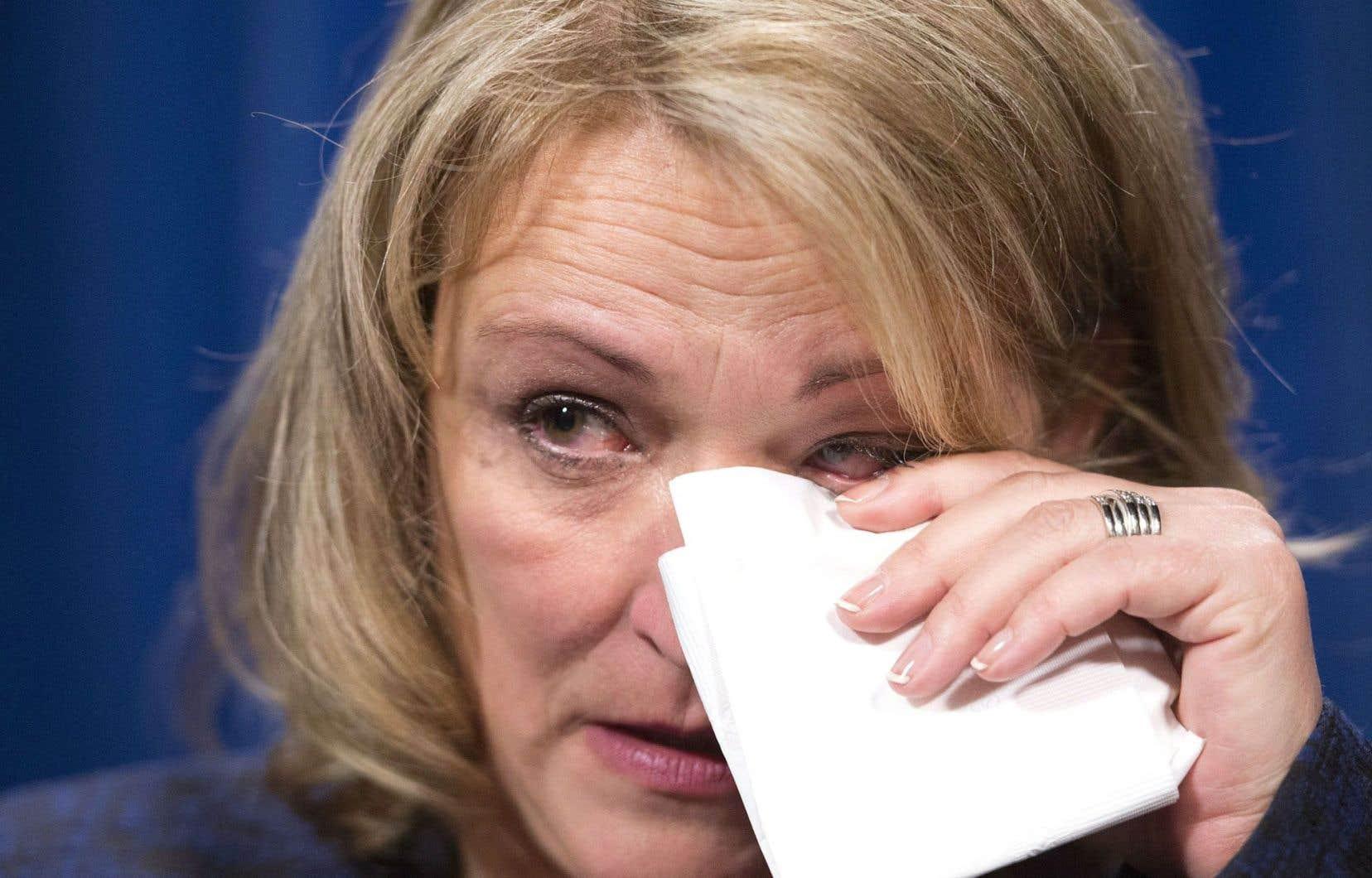 La ministre Lise Thériault s'est émue aux larmes lors du point de presse de vendredi matin.
