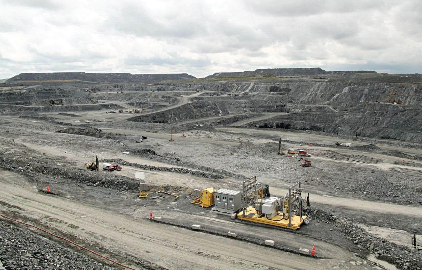 L'implantation de la mine d'or Canadian Malartic, en Abitibi, a nécessité la déplacement d'une partie de la ville.