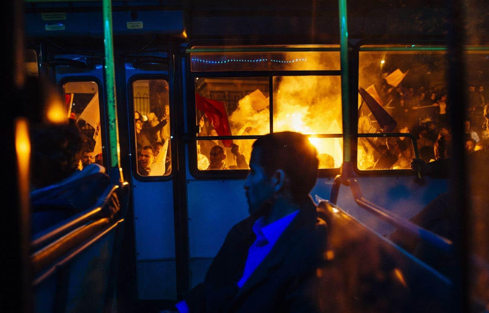 Un autobus passe devant une manifestation de partisans du président islamo-conservateur, Recep Tayyip Erdogan, à Istanbul.