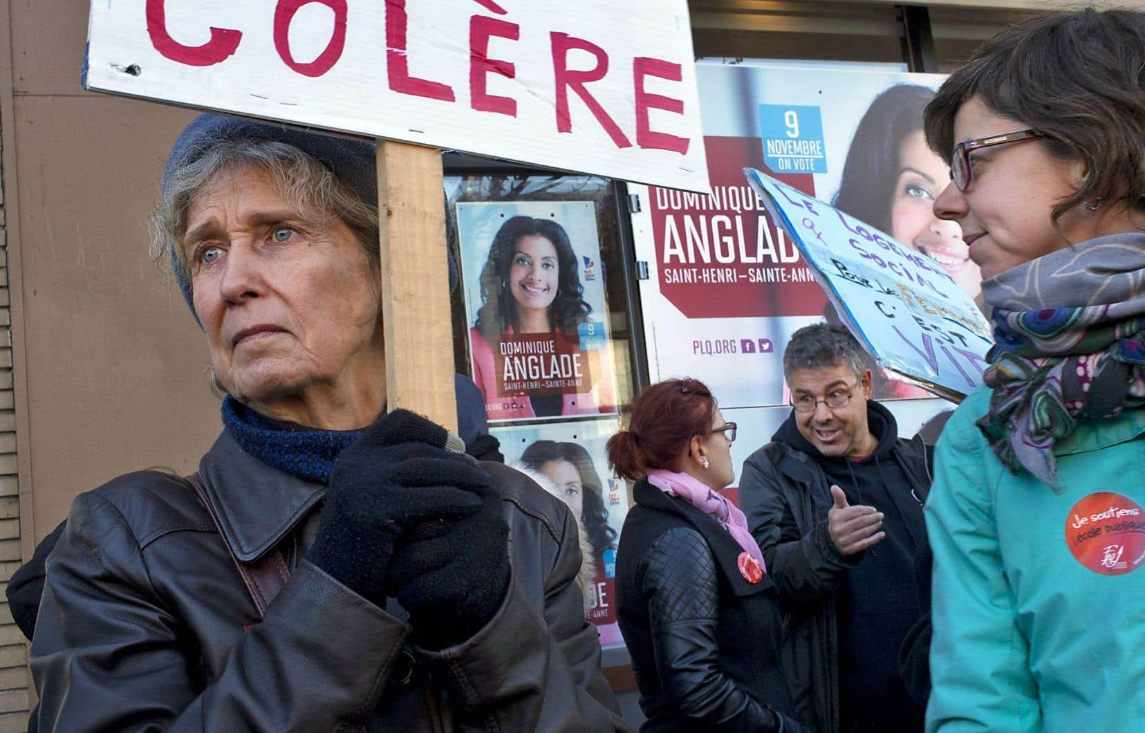 Des manifestants ont fait entendre leur mécontentement devant le local électoral de Dominique Anglade, candidate libérale à l'élection complémentaire dans la circonscription montréalaise de Saint-Henri–Sainte-Anne.