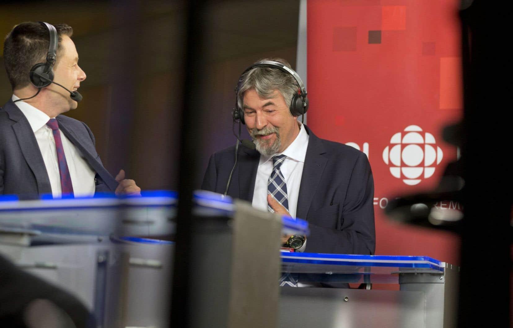 Michel David, chroniqueur politique du «Devoir» (à droite), en discussion avec le journaliste de Radio-Canada Sébastien Bovet