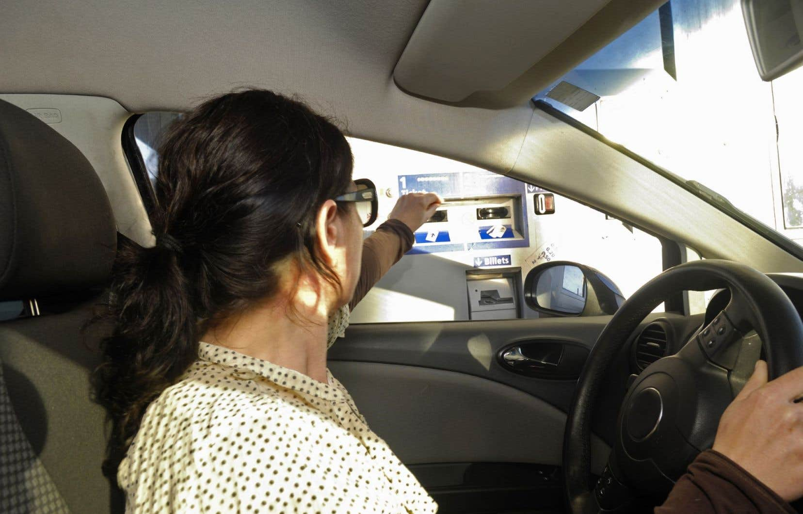 Une automobiliste à un poste de péage
